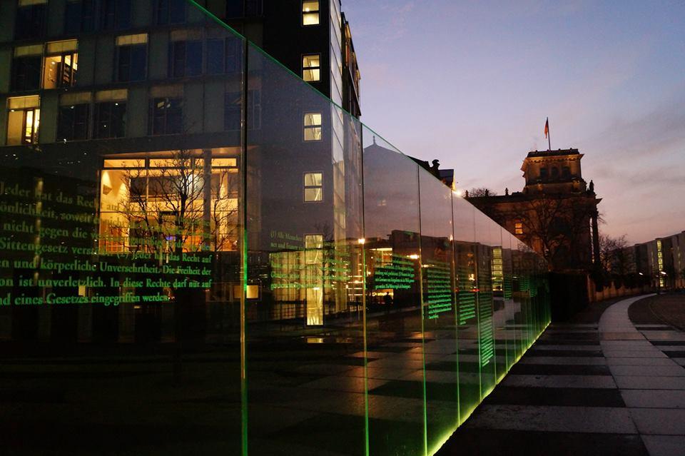 Das Grundgesetz vor dem Jakob-Kaiser-Haus mit Blick auf das Reichstagsgebäude