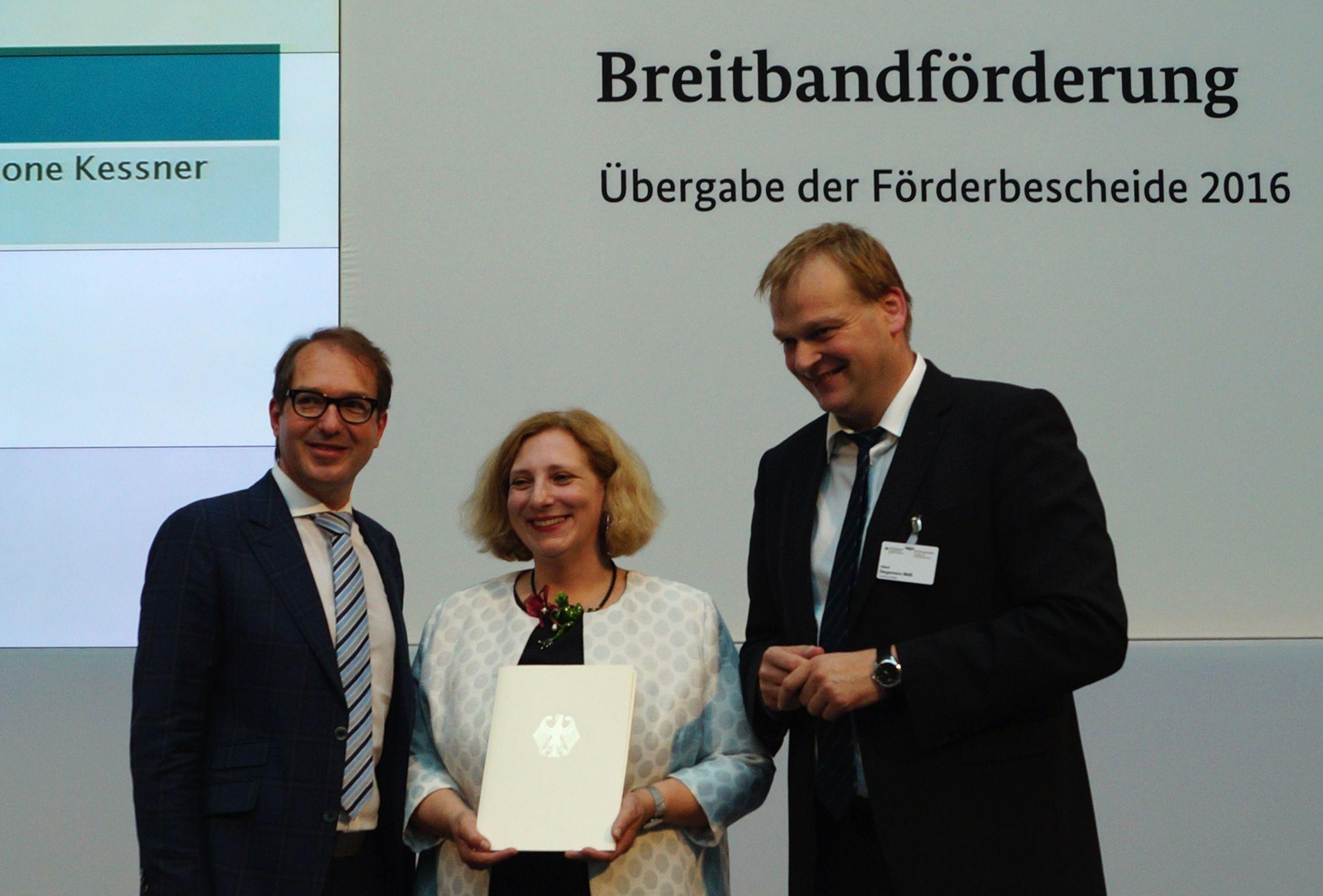 Alexander Dobrindt übergibt Förderbescheid an Dr. Daniela De Ridder