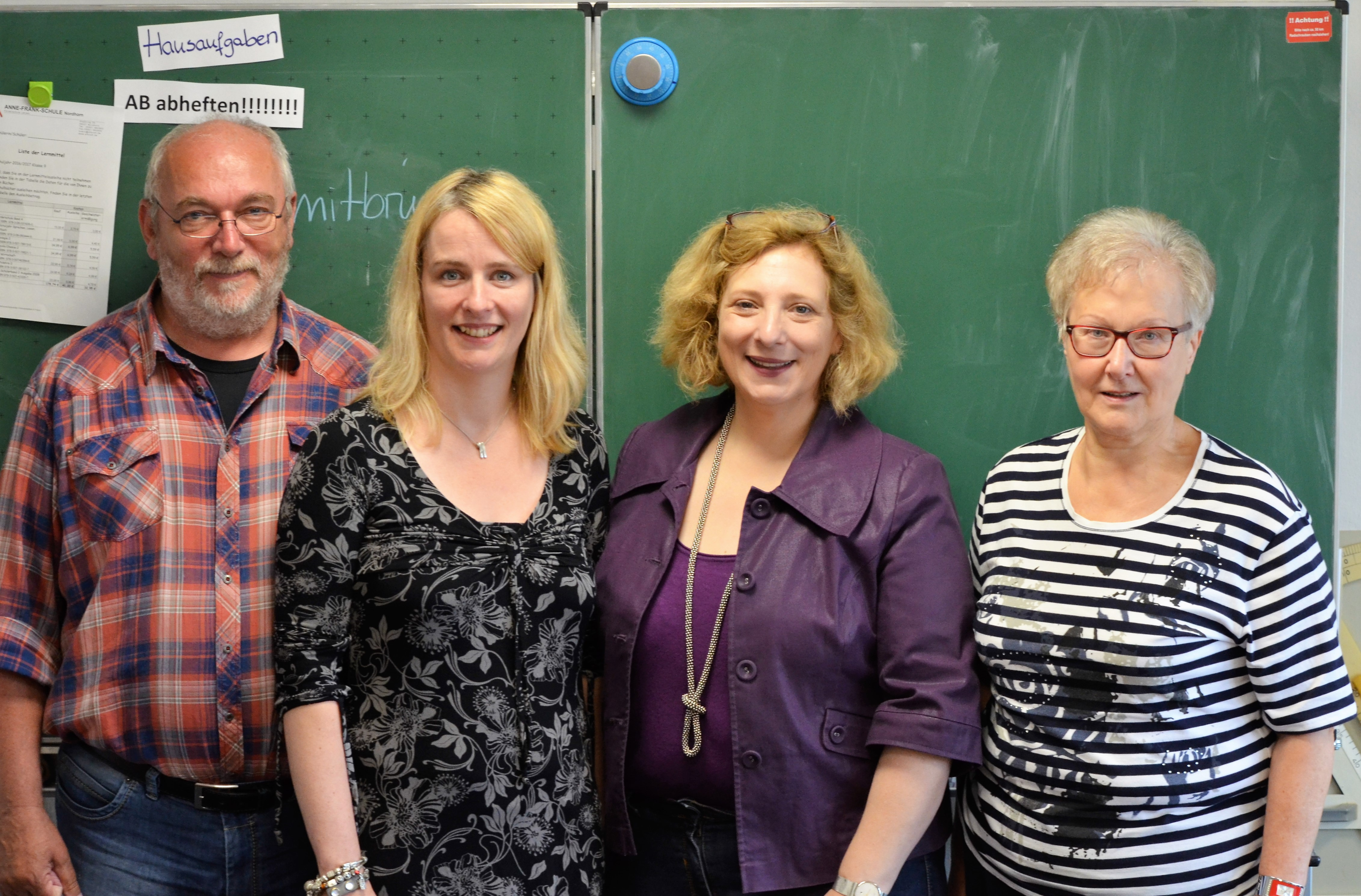 V.l.n.r. - Schulleiter Josef Lakeberg, Lehrerin Petra Wegener, Dr. Daniela De Ridder, Helga van Slooten