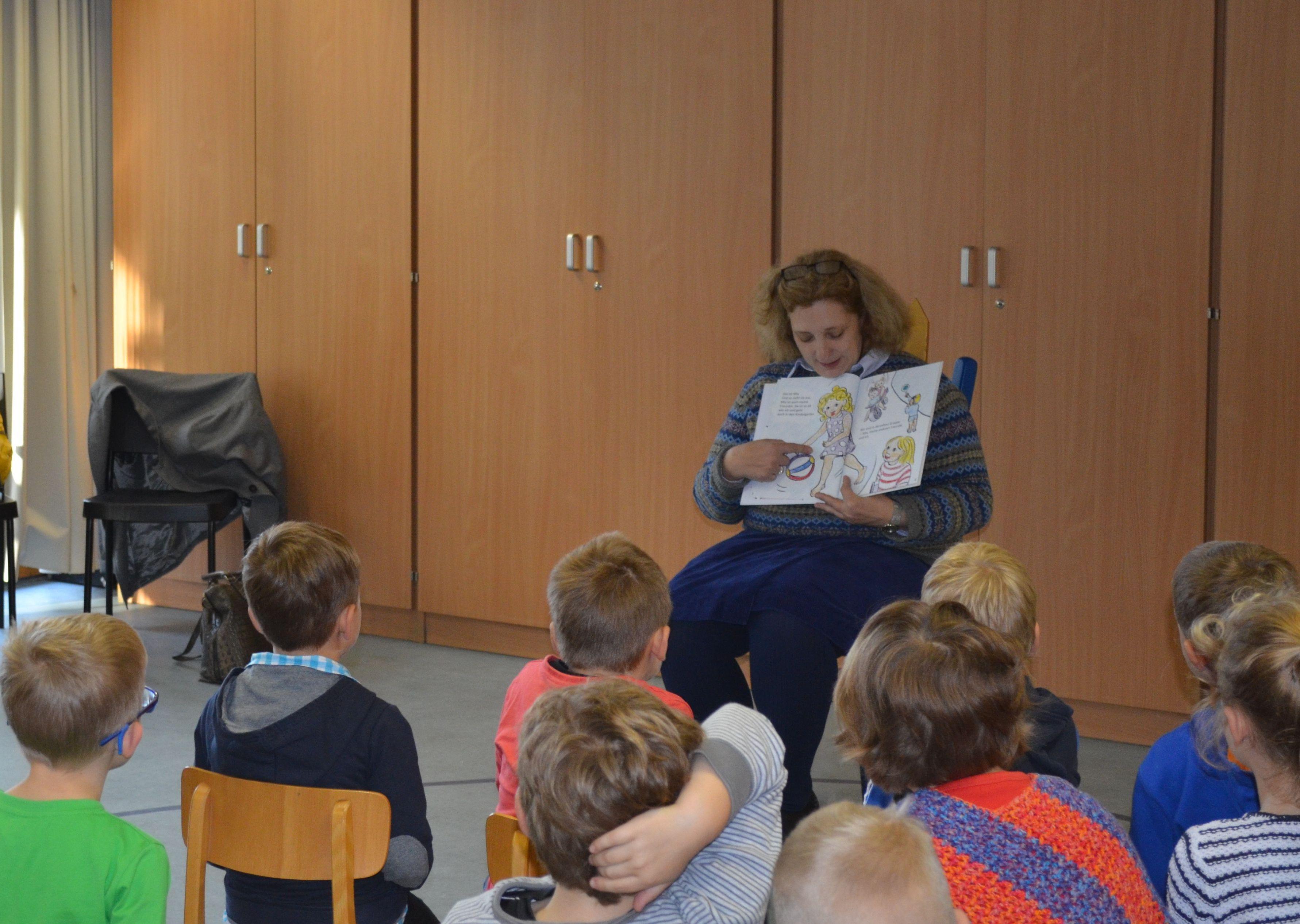 Dr. Daniela De Ridder im Herbst 2015 beim Vorlesetag in der Maria Montessori Schule (Foto: Britta Hofmann)