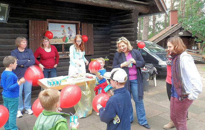 Daniela De Ridder und die Helfer der SPD unterstützen die Kinder beim Aufblasen von Luftballons. | Foto: © SPD