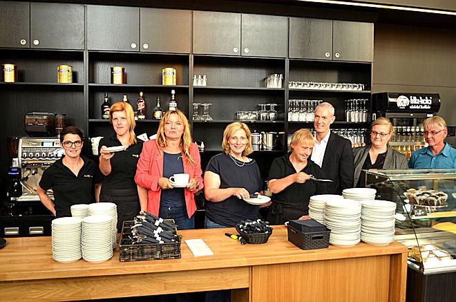 Gemeinsam mit Geschäftsführer Thomas Kolde und Werkstättenleiterin Kristin Surmann (2. u. 3. v. r.) begrüßen die Mitarbeiterinnen des Inklusons-Café SAMOCCA die SPD-Politikerinnen Silvia Schmidt und Dr. Daniela De Ridder (3. u. 4. v. l.)  Foto: © SPD