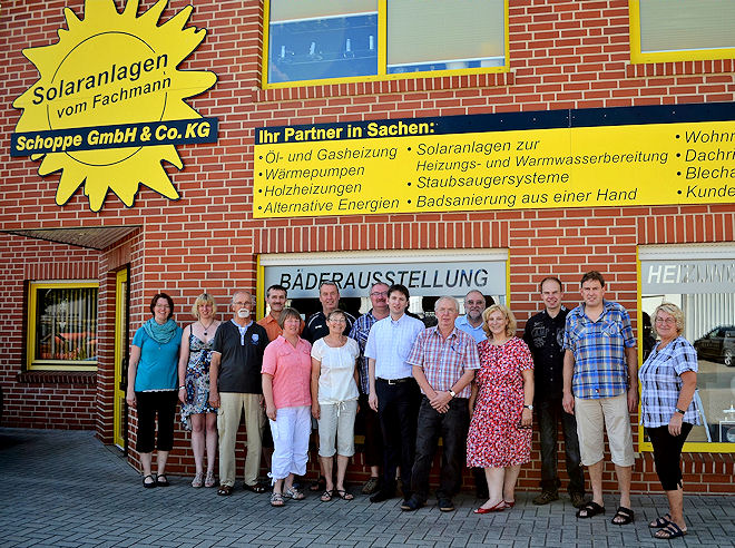 Die Besuchergruppe vor dem Eingang des Familienunternehmens Foto: © SPD