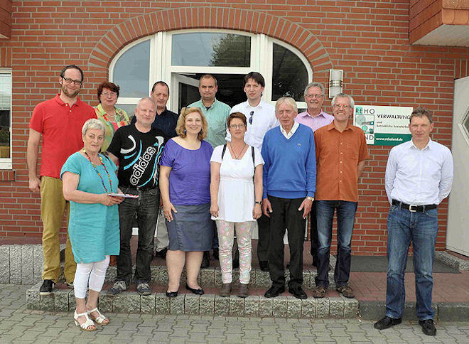 Mitarbeiter von REHOLAND und die SPD-Besuchergruppe vor dem Verwaltungsgebäude. Foto: © Privat