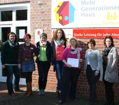 Gruppenbild mit Senfkorn: Daniela De Ridder (3. v.r.) übernimmt Patenschaft für Emlichheimer Mehrgenerationenhaus