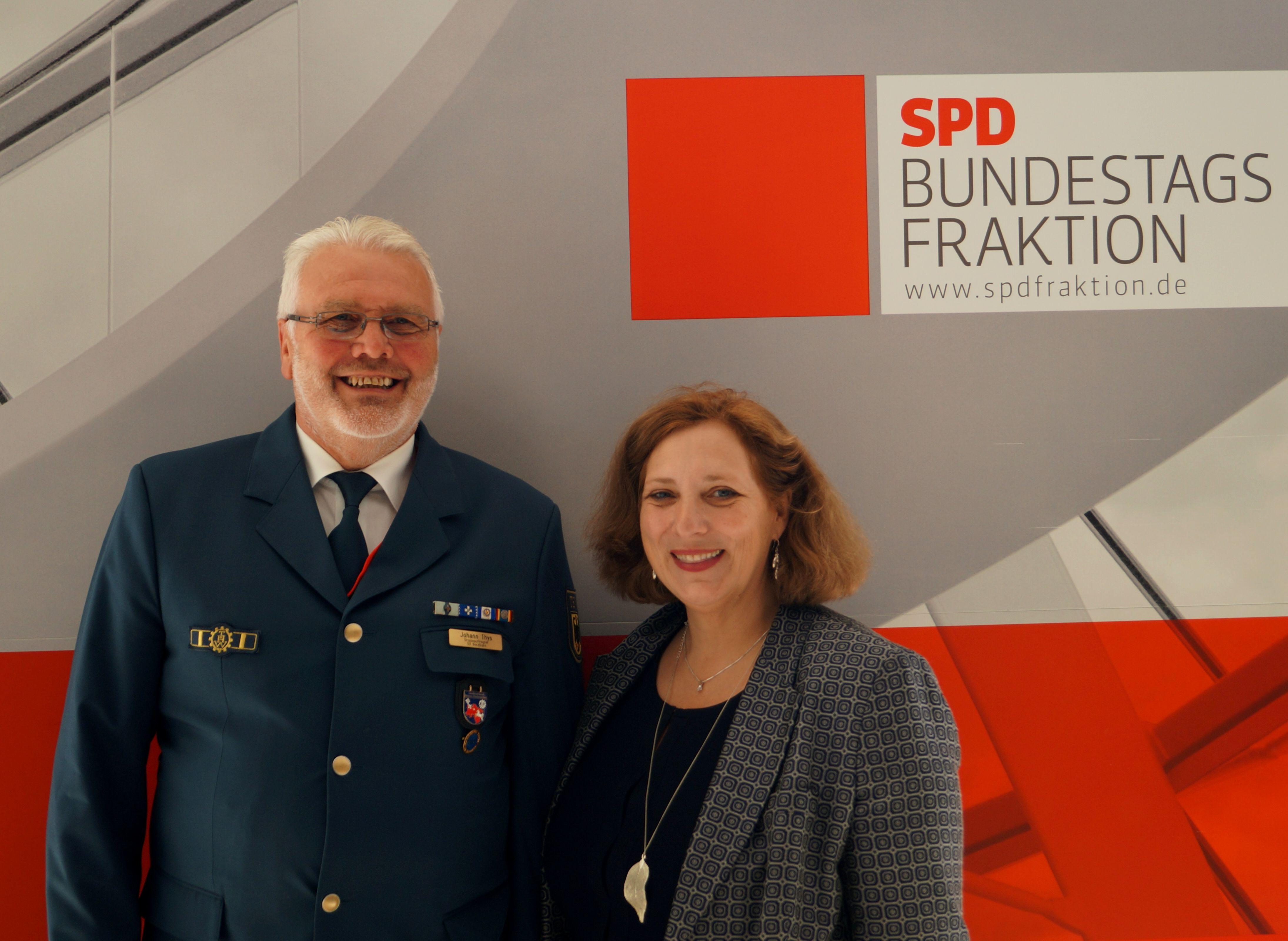 Johann Thys vom THW Nordhorn und die Bundestagsabgeordnete Dr. Daniela De Ridder