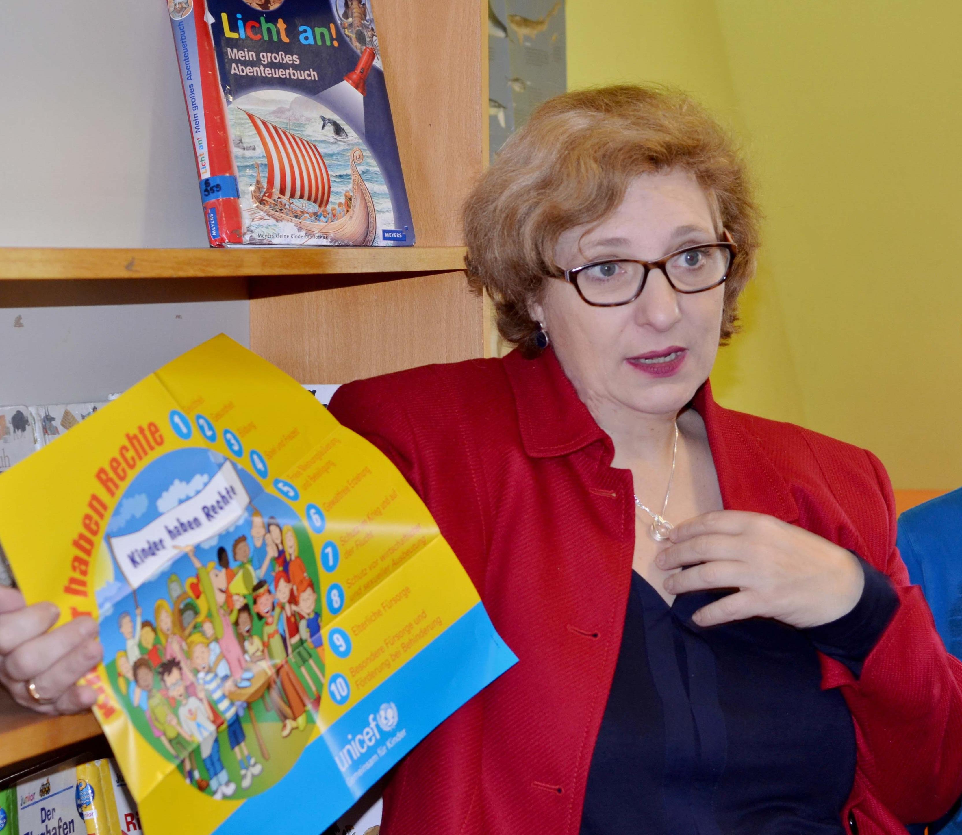 Dr. Daniela De Ridder referiert in der Grundschule Uelsen zu Kinderrechten