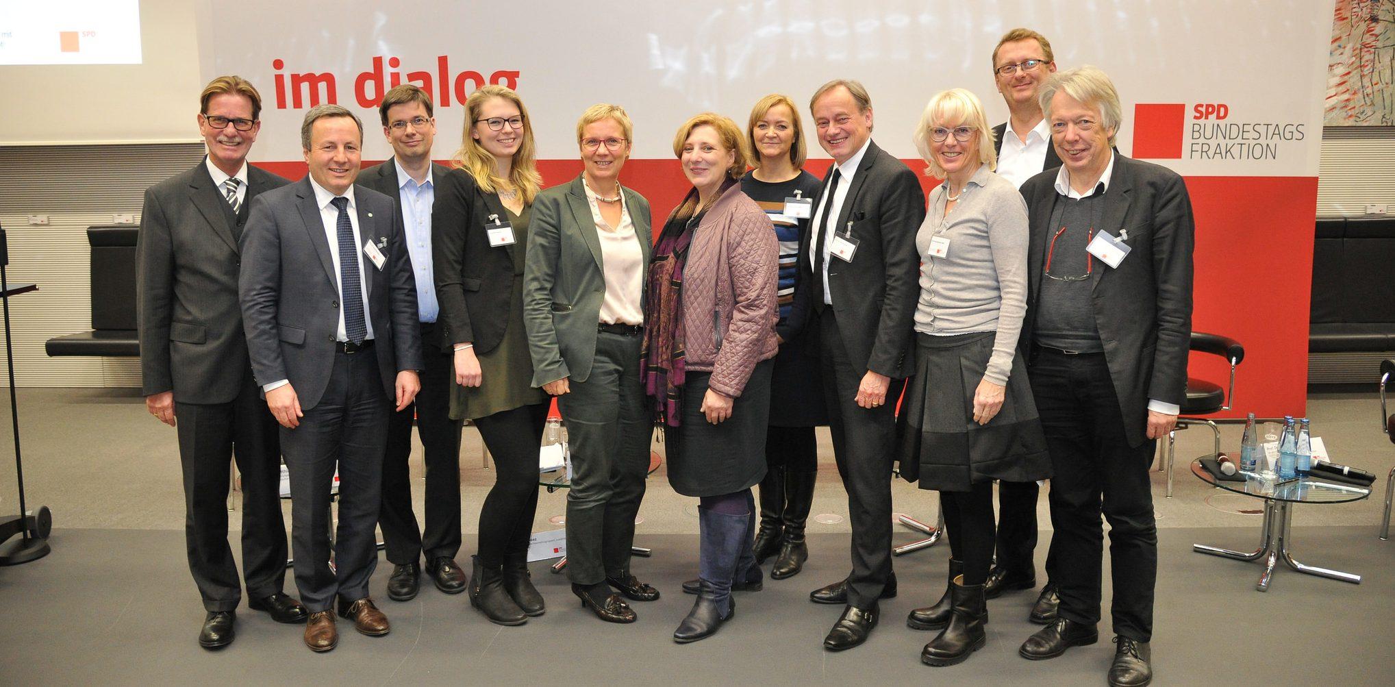 Dr. Daniela De Ridder mit den Podiumsgästen und Impulsgebern der World Cafés (Foto: Andreas Amann)