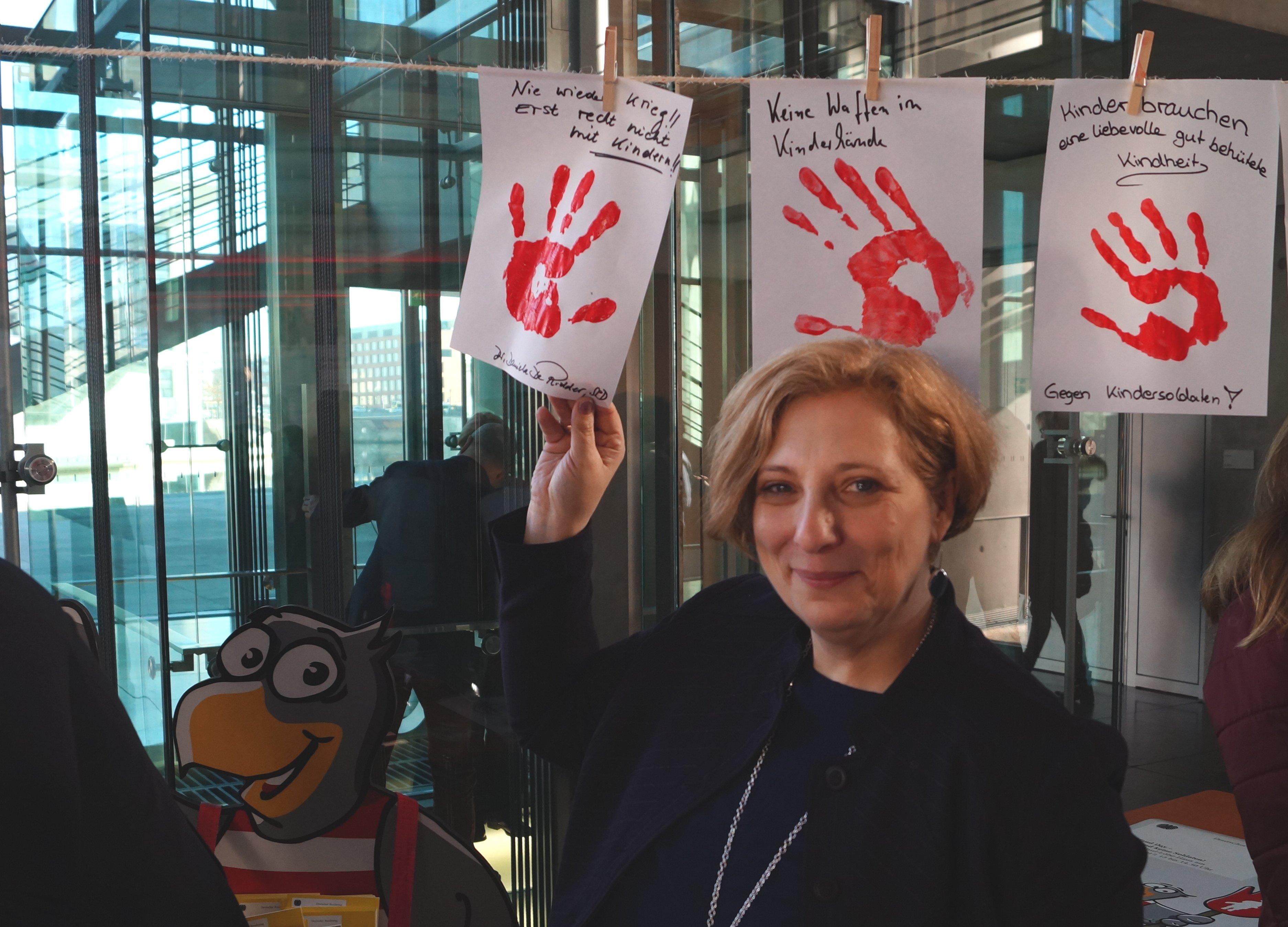 Dr. Daniela De Ridder setzt ein Zeichen gegen den Einsatz von Kindern als Soldaten