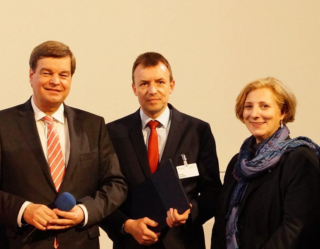 Michael Steffens und Dr. Daniela De Ridder nehmen Förderbescheid für das Emsland entgegen