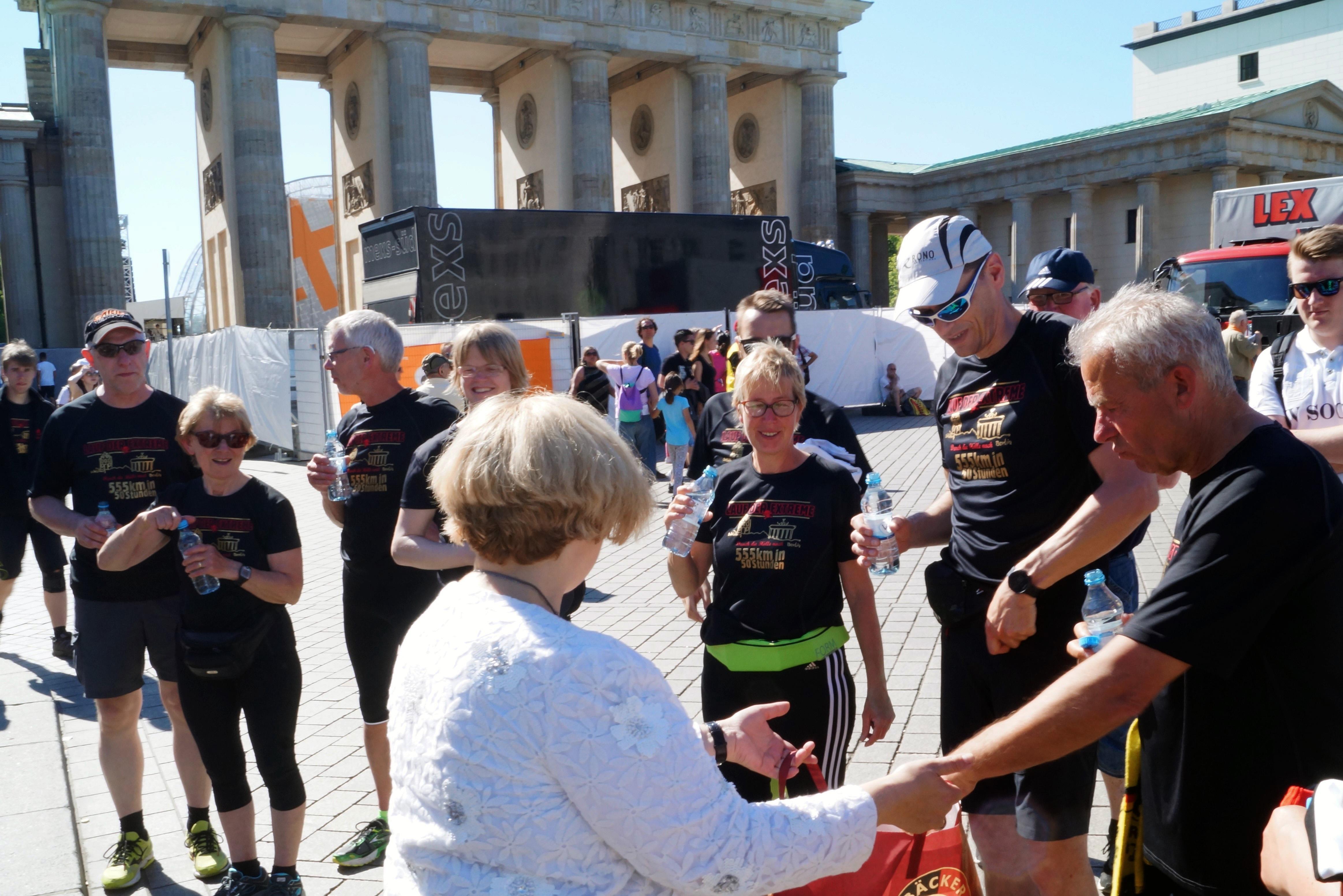 Dr. Daniela De Ridder begrüßt das Team des Höllenlausfs aus Schüttorf mit Wasser und Bretzeln