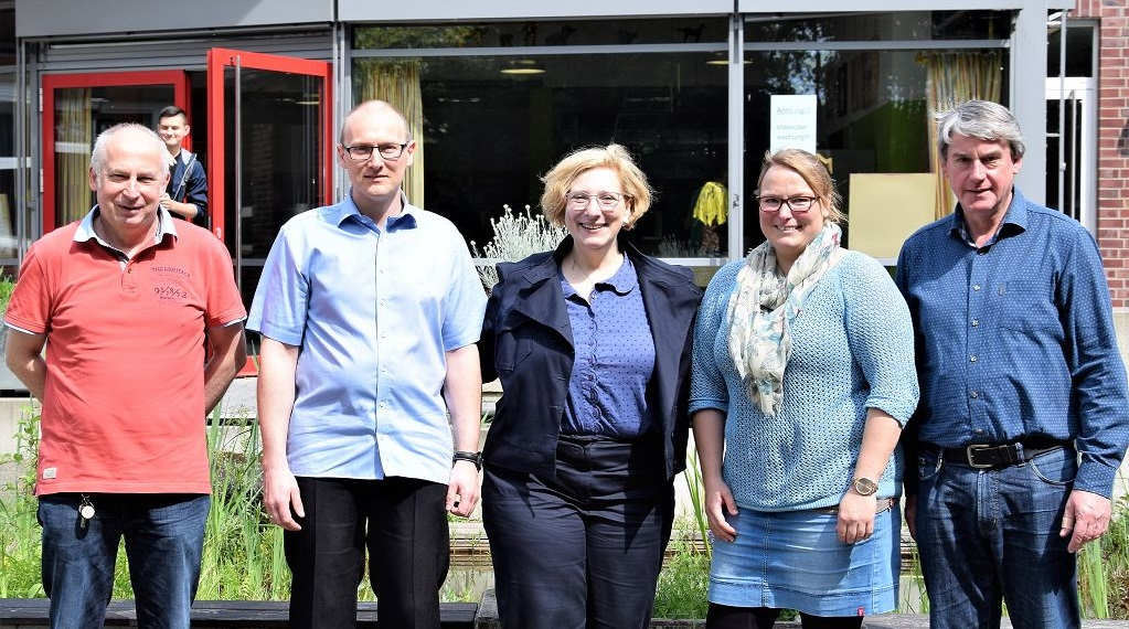 V.l.n.r.: Gerd Rüschen, Mathias Fröhling, Dr. Daniela De Ridder, Marina Woltermann und Schulleiter Hermann-Josef Schulten (Foto: Helga van Slooten)