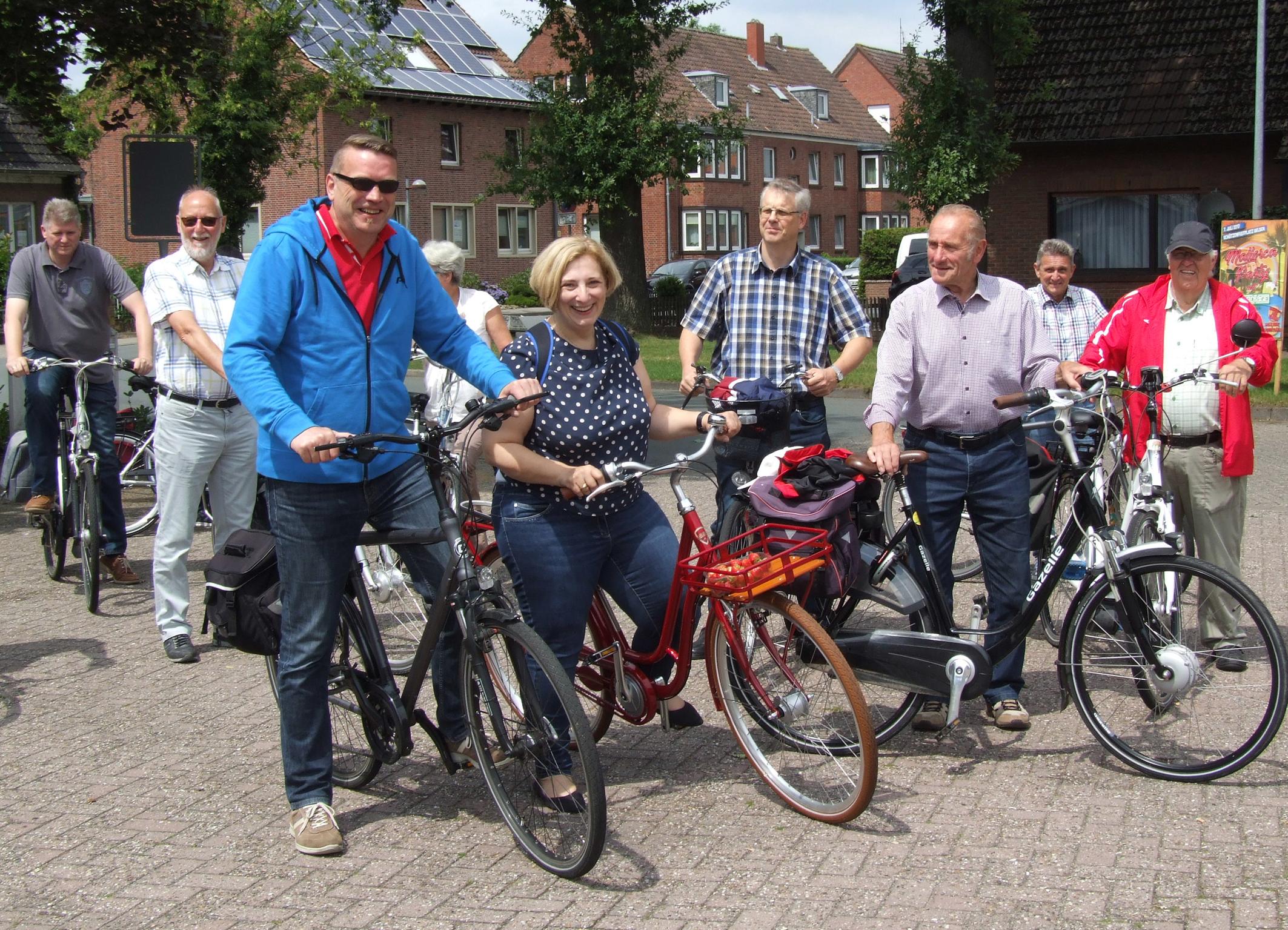vorne: v.l.n.r. Fredo Weiden, Dr. Daniela De Ridder, Heinrich Lefers und Gäste der Radtour  (Foto: Bernd Egbers)