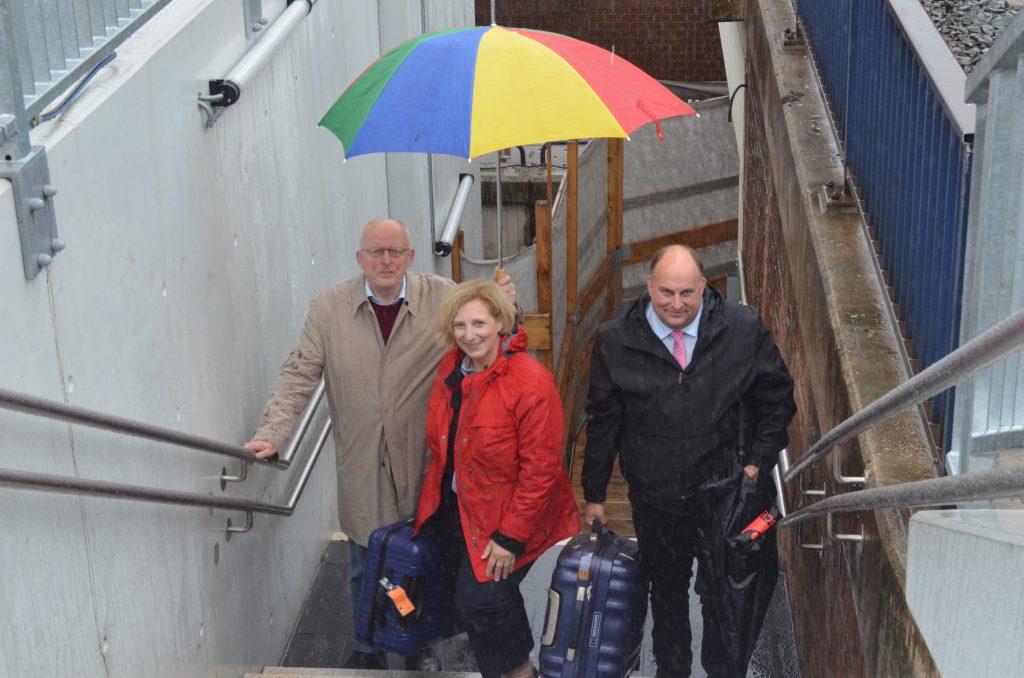 V.l.n.r. Gerd Will, Dr. Daniela De Ridder und Christian Otten am Bahnhof Bad Bentheim