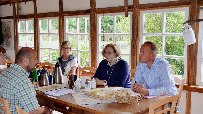 Dr. Daniela De Ridder und Dr. Matthias Miersch im Gespräch mit Dirk Dennemann