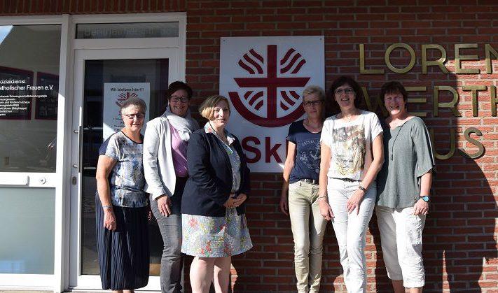 Helga van Slooten (SPD), Bianca Farwick (SkF), Dr. Daniela De Ridder (MdB), Irmgard Fleddermann (SkF), Petra Alferink (SPD), Irma Rother (Leiterin des Frauen- und Kinderschutzhauses)