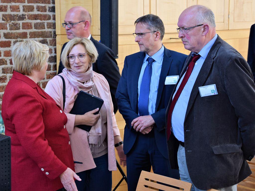 SPD-Bundestagsabgeordnete Dr. Daniela De Ridder im Gespräch mit Ministerin Cornelia Rundt und dem SPD-Landtagsabgeordneten Gerd Will