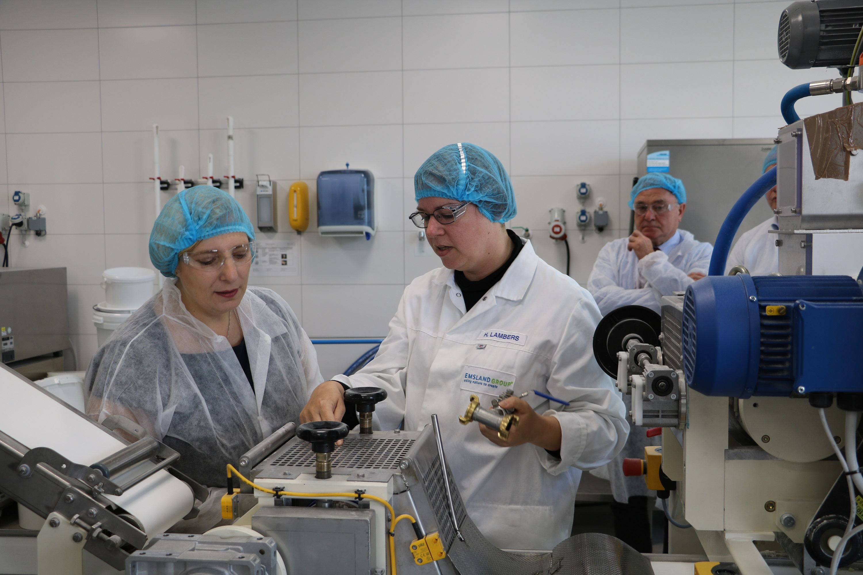 Dr. Daniela De Ridder in der Produktion bei der Emsland Group