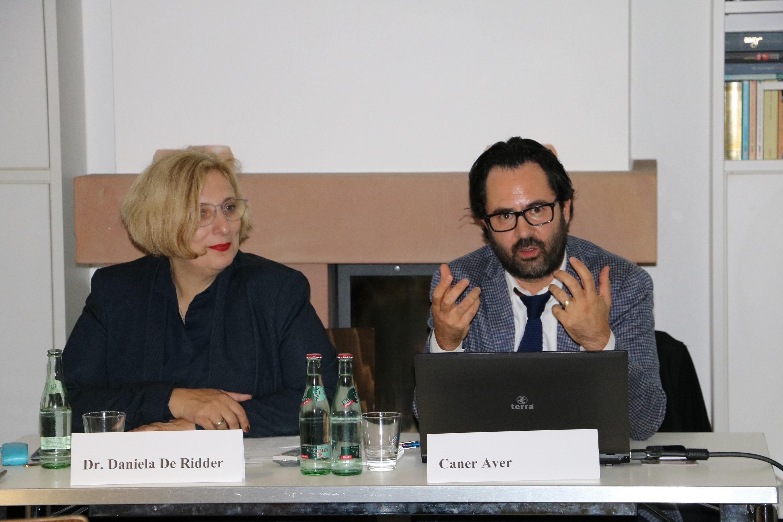 Dr. Daniela De Ridder und Caner Aver beim Vortrag