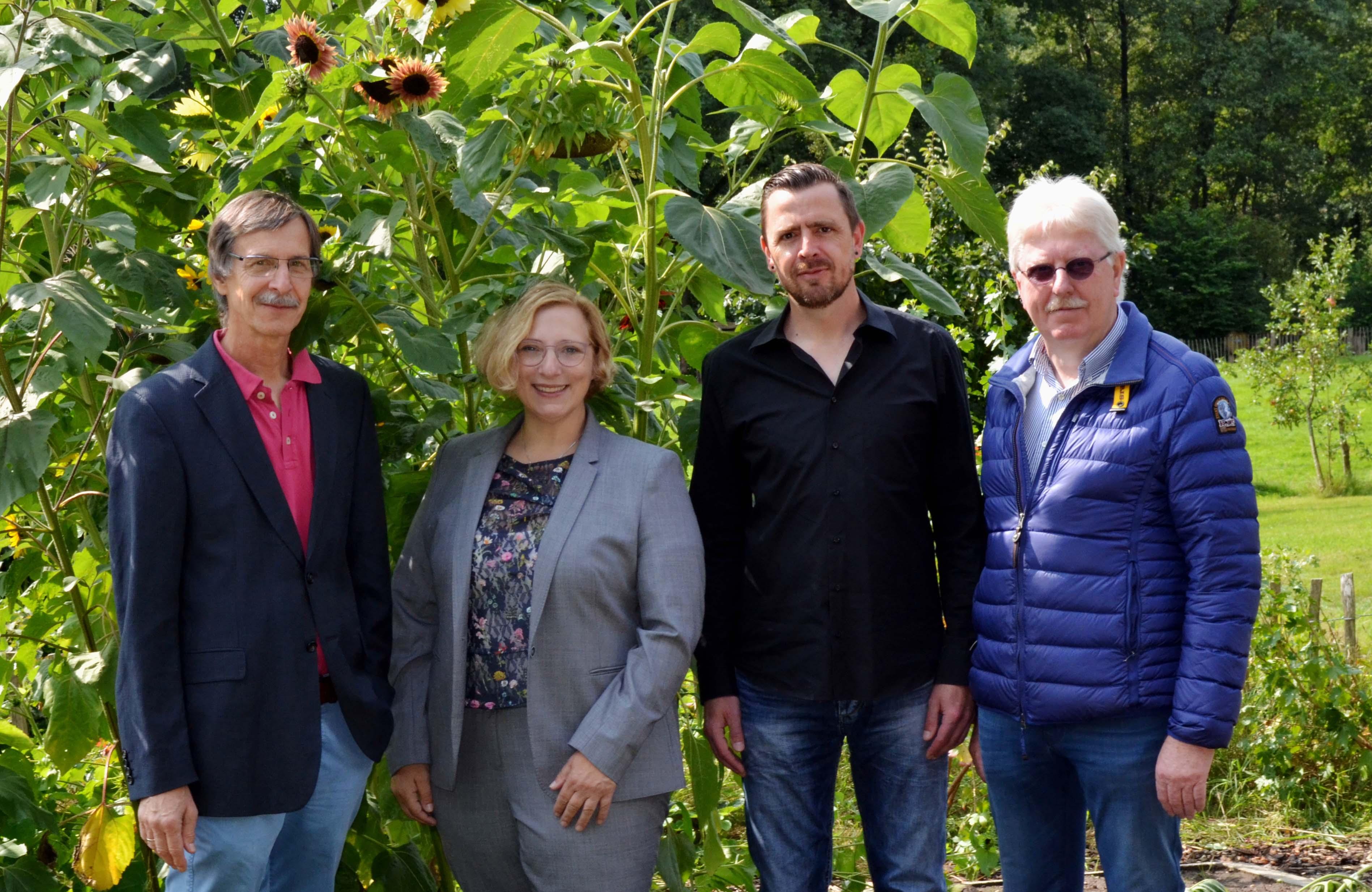 Besuch auf dem Hof Blecker. V. l. n. r.: Heinz Tanzer, Dr. Daniela De Ridder, Frank Wilken und Johann Schepers