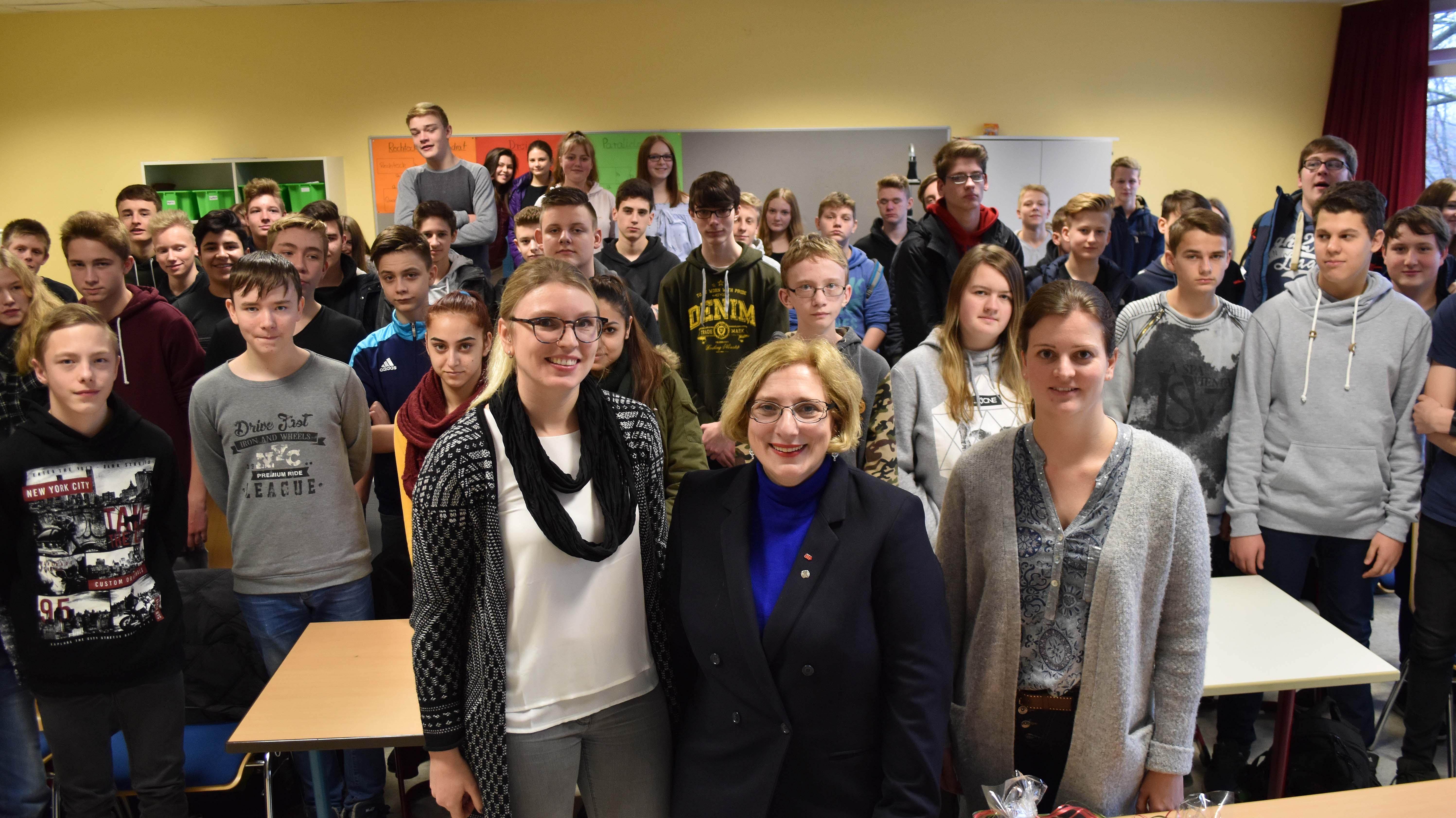 Dr. Daniela De Ridder zu Besuch in der Kardinal-von-Galen-Oberschule in Meppen
