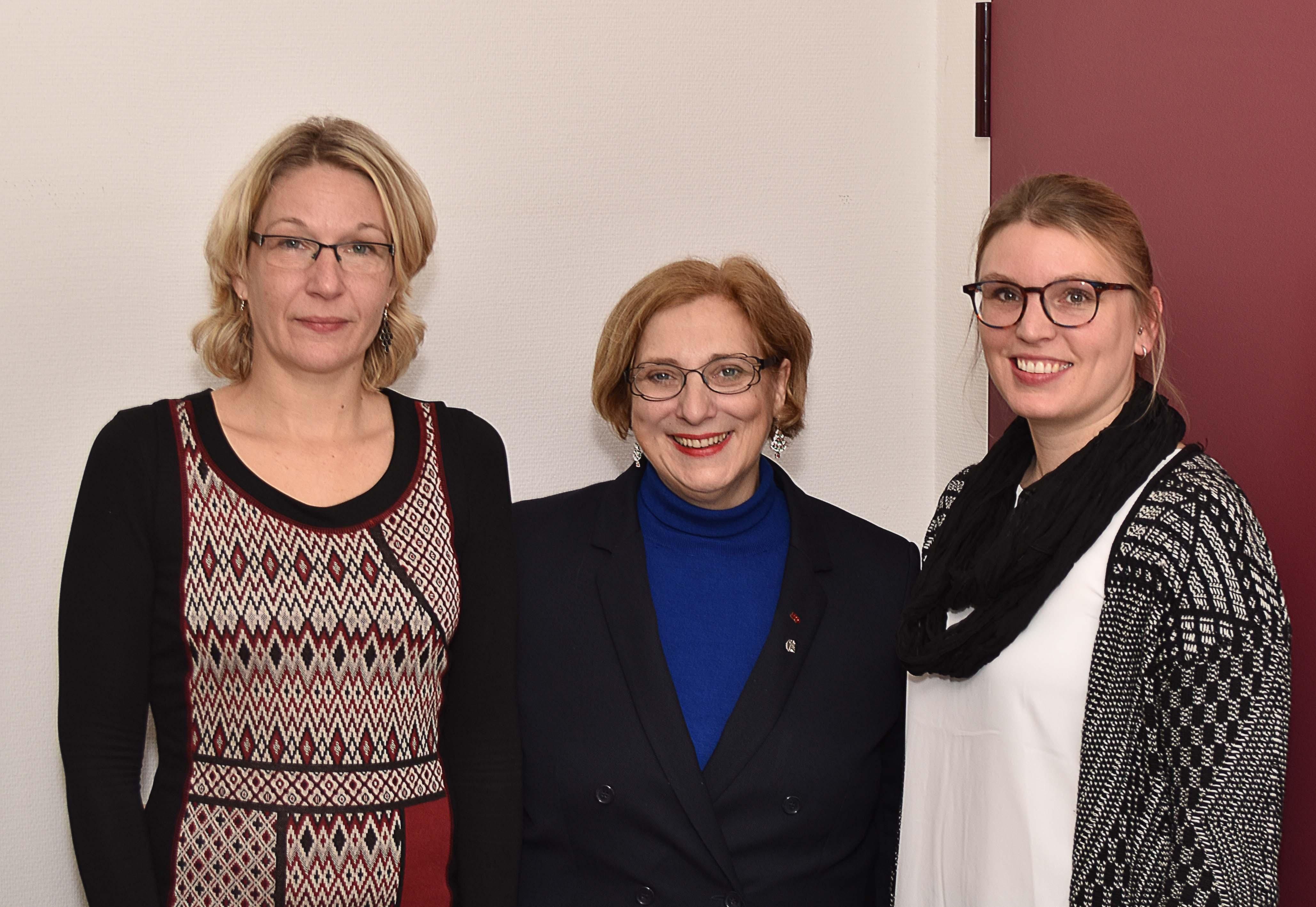 V.l.n.r.: Schulleiterin Melanie Eßer, SPD-Bundestagsabgeordnete Dr. Daniela De Ridder und Alexandra Faust