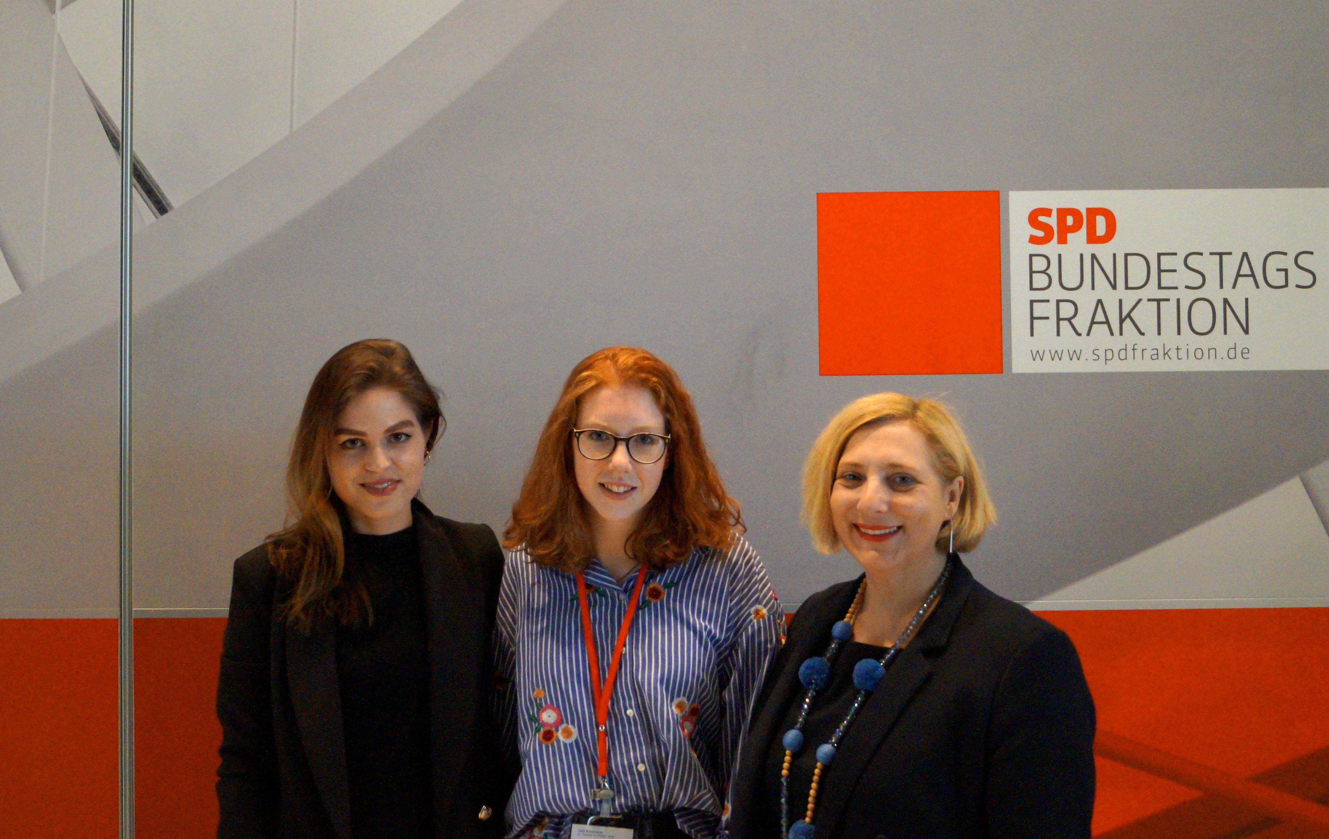 V.l.n.r. - Lena Schröder (Wissenschaftliche Mitarbeiterin Büro De Ridder), Carla Schwindeler und Dr. Daniela De Ridder