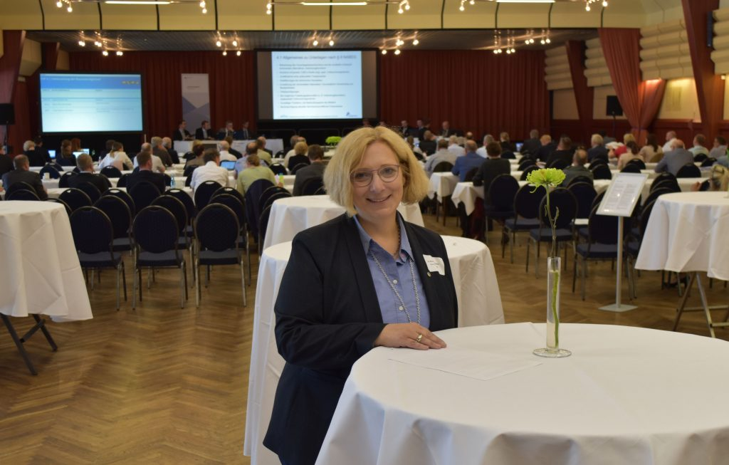 Dr. Daniela De Ridder bei der Antragskonferenz der Bundesnetzagentur