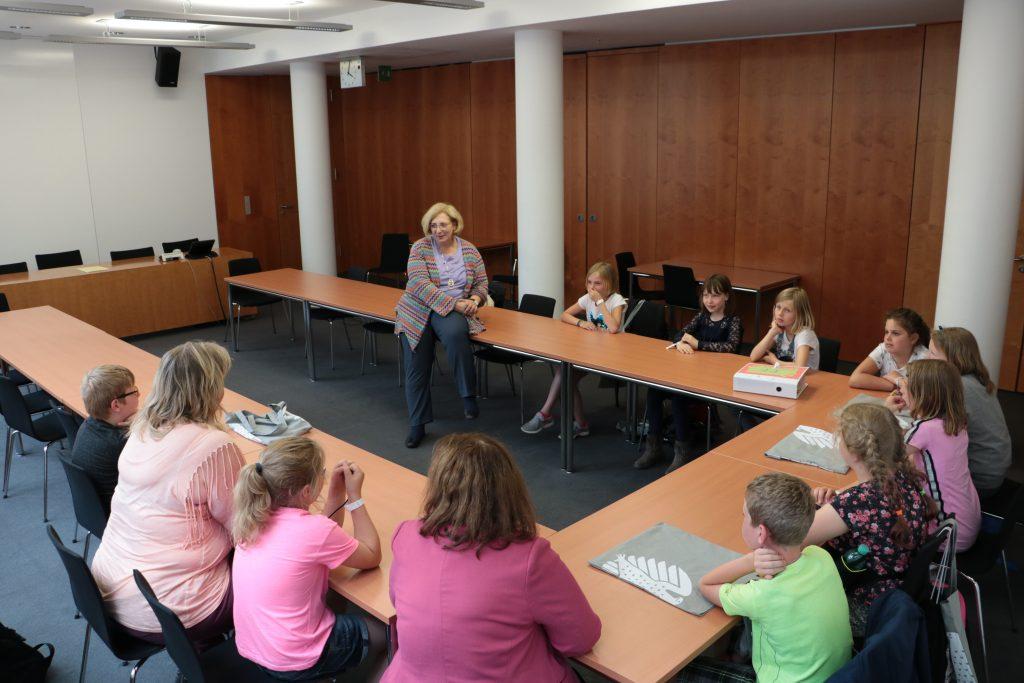 Dr. Daniela De Ridder referiert vor den Grundschülerinnen und Grundschülern aus Georgsdorf