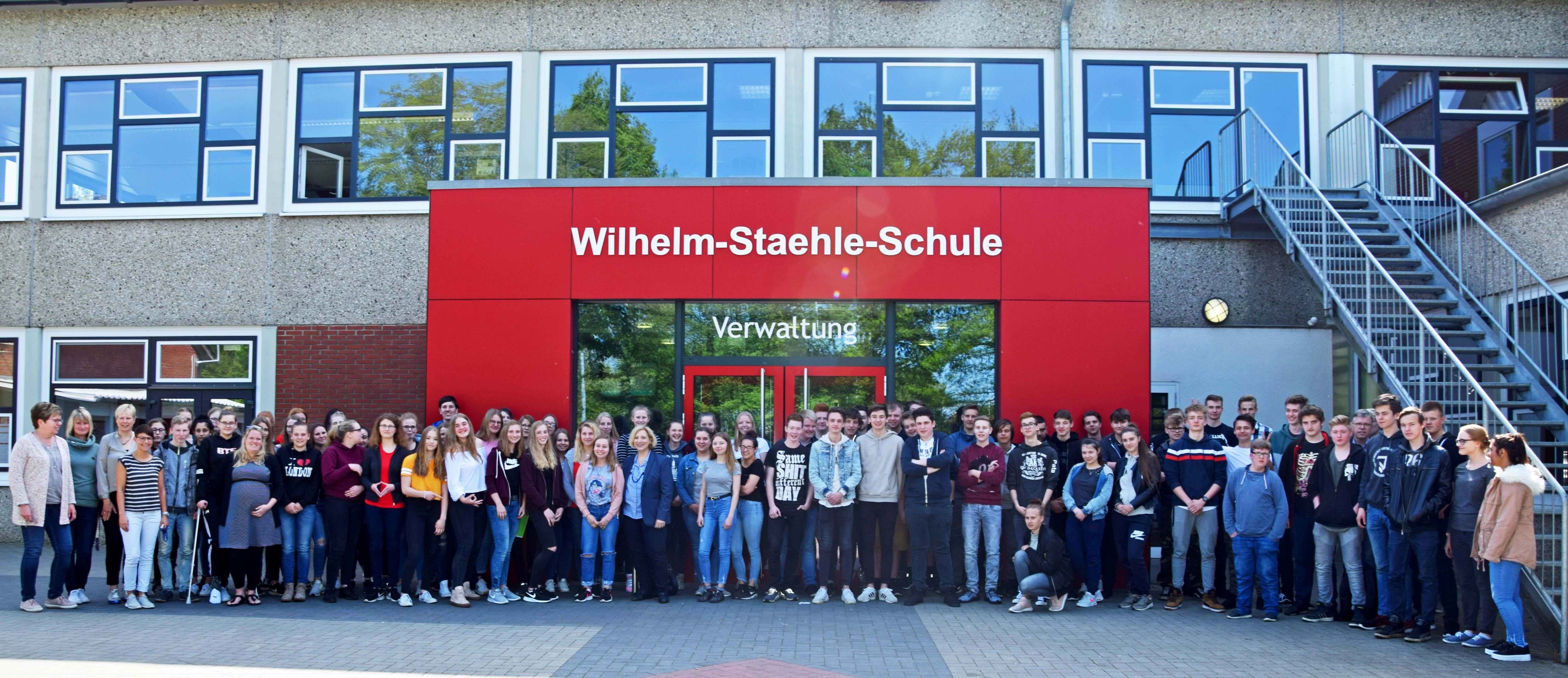 Dr. Daniela De Ridder und alle Schülerinnen und Schüler der 10. Klassen der Wilhelm-Staehle-Schule