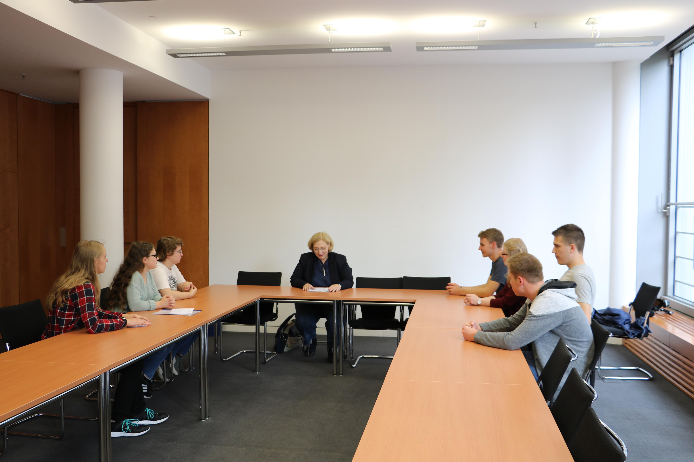 Dr. Daniela De Ridder zur Vorsbesprechung des Interviews
