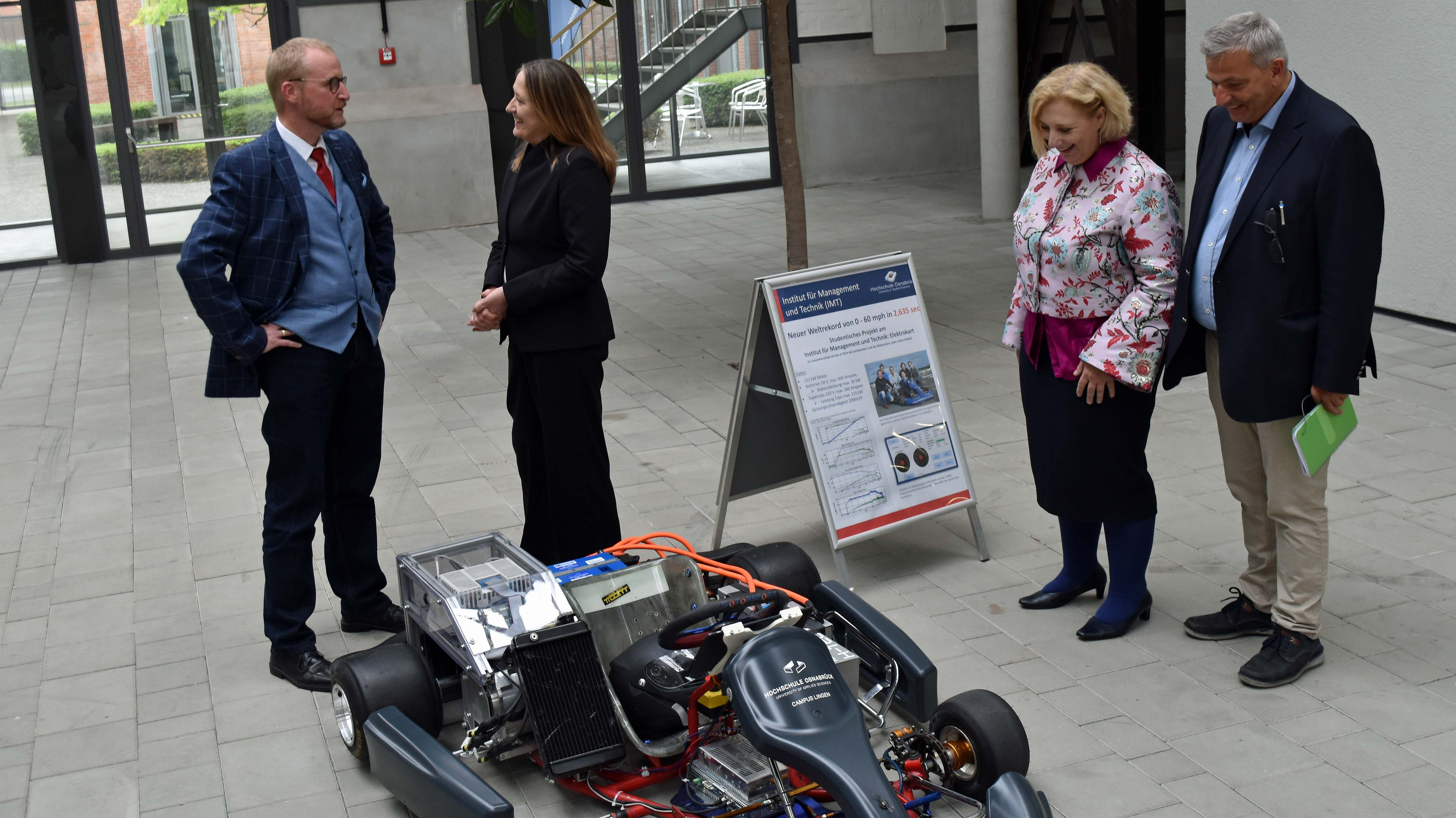 Dr. Gabriele Andretta und Dr. Daniela De Ridder lassen sich das E-Kart vorführen