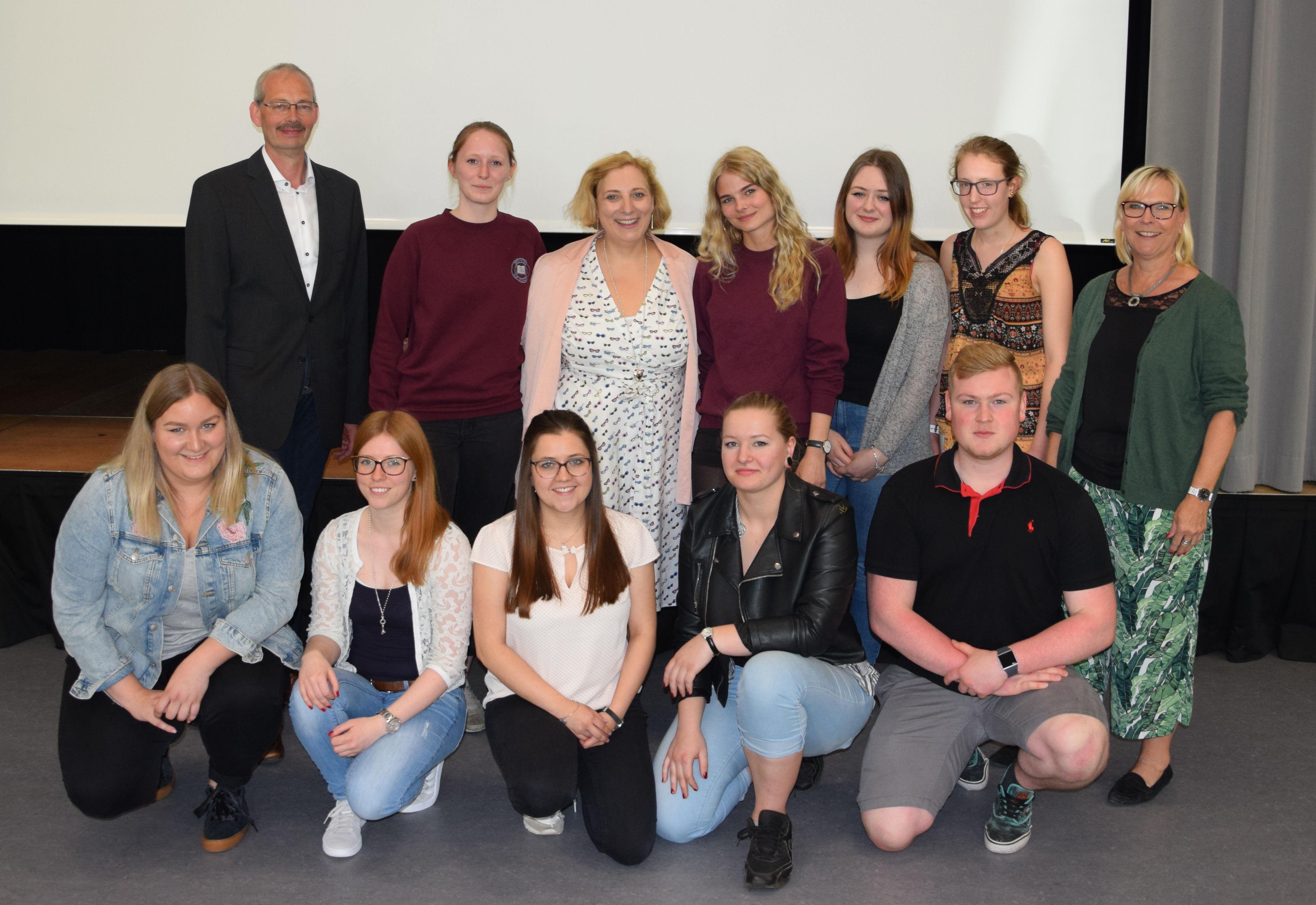 Heinrich Marheineke, Dr. Daniela De Ridder, Doris Reisch und die Schülerinnen und Schüler der BBS