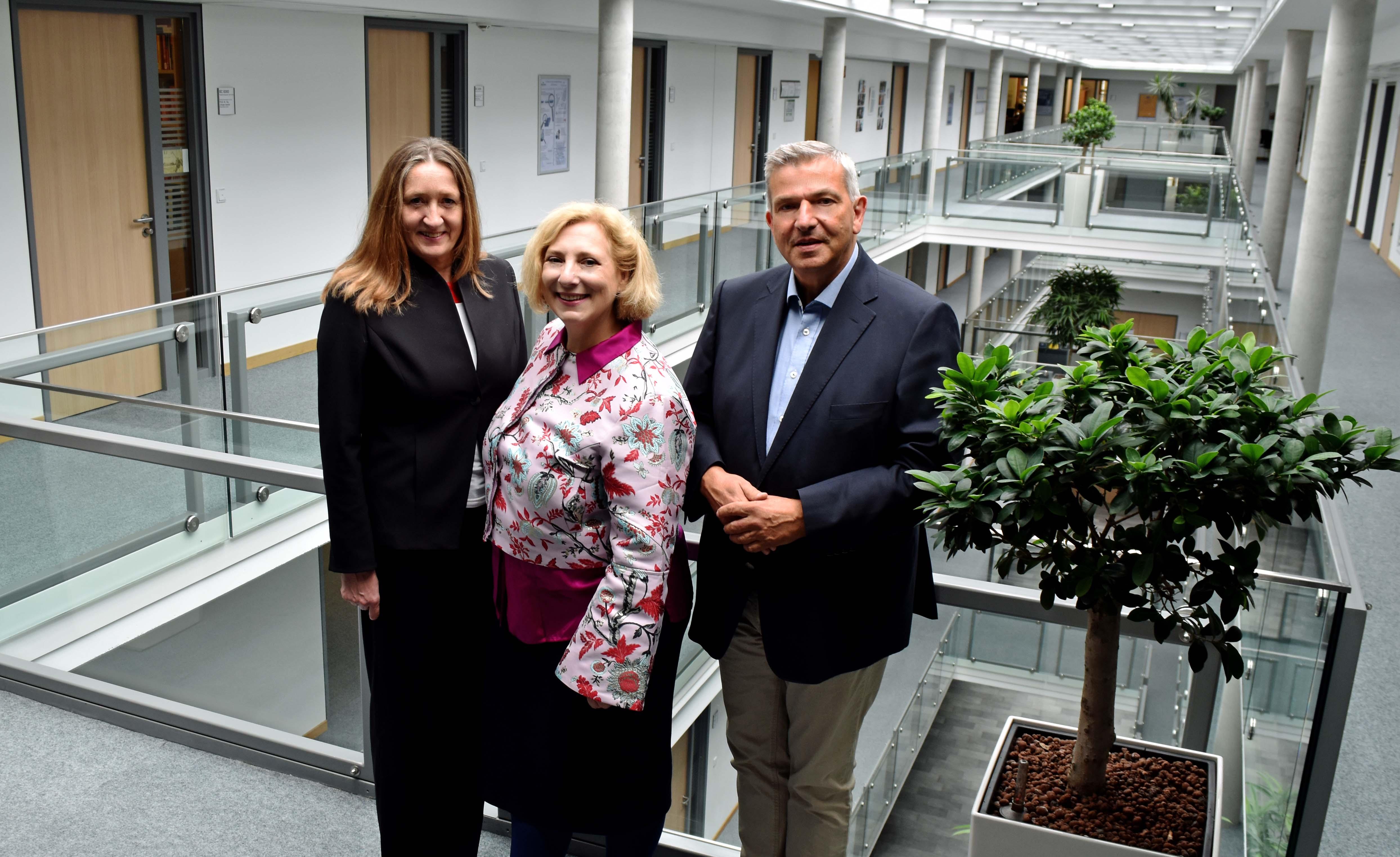 V.l.n.r.: Dr. Gabriele Andretta, Dr. Daniela De Ridder und Professor Dr. Steinkamp