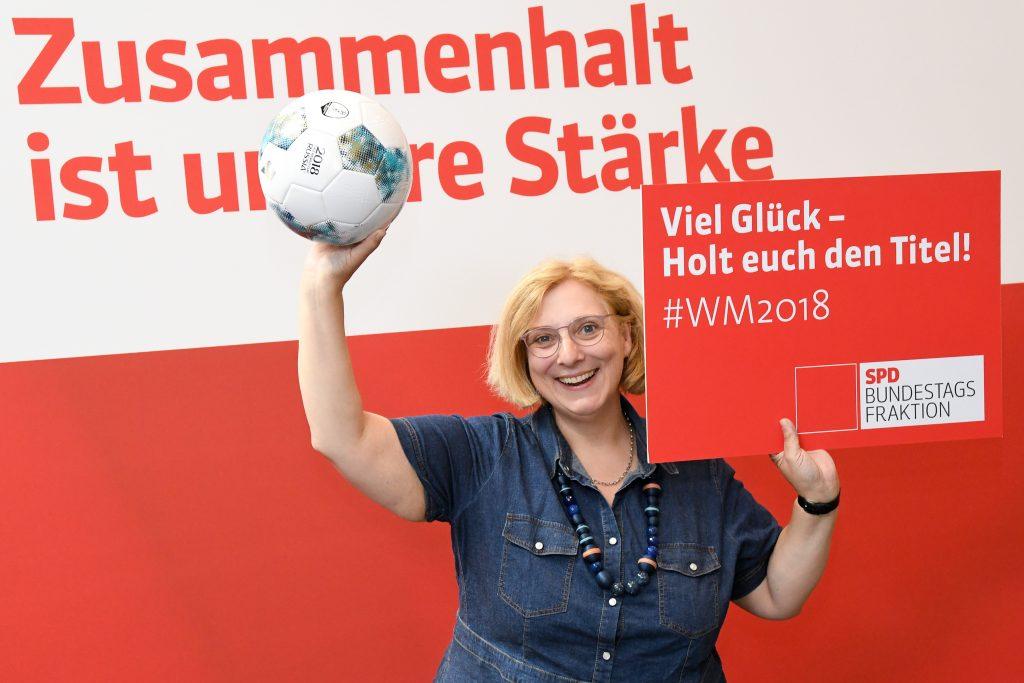 Dr. Daniela De Ridder feuert die deutsche Nationalmannschaft an