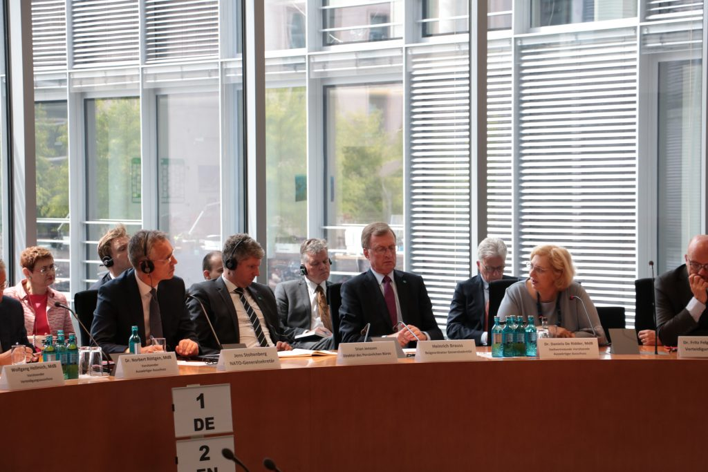 Dr. Daniela De Ridder im Dialog mit NATO Genralsekretär Jens Stoltenberg