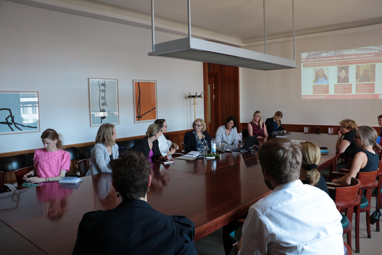 Dr. Daniela De Ridder zum Vortrag über Frauenpolitik im Auswärtigen Amt
