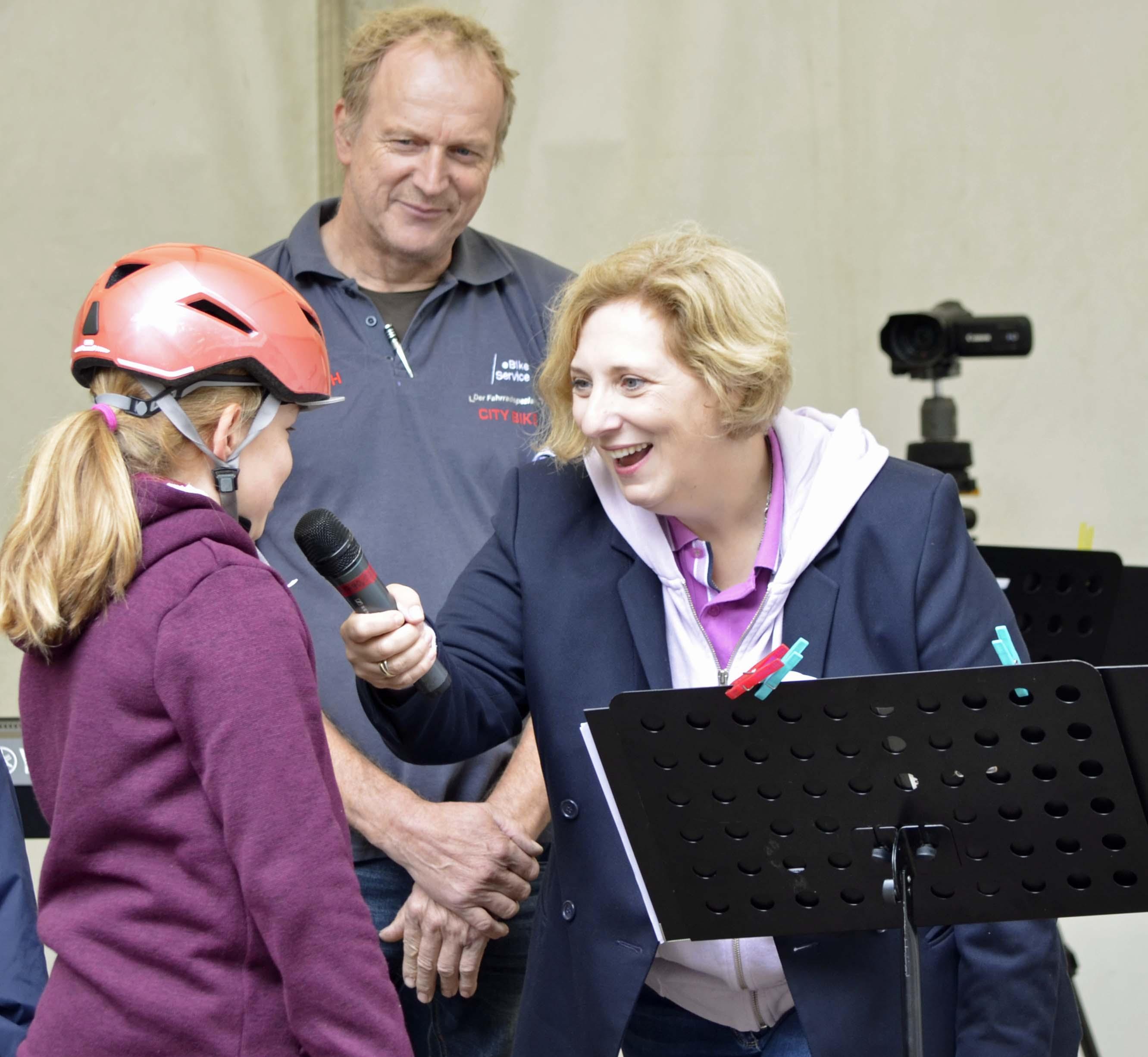 Dr. Daniela De Ridder bei Ihrer Fahrradhelmmodenschau