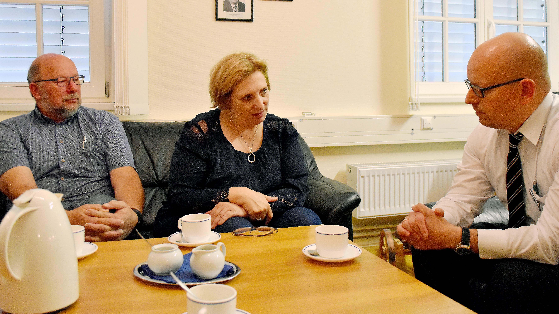 V.l.n.r.: SPD-Ortsvereinsvorsitzender Johannes Hessel und SPD-Bundestagsabgeordnete Dr. Daniela De Ridder im Gespräch mit dem stellvertretender Direktor der WTD 91 Dr. Thomas Mályusz