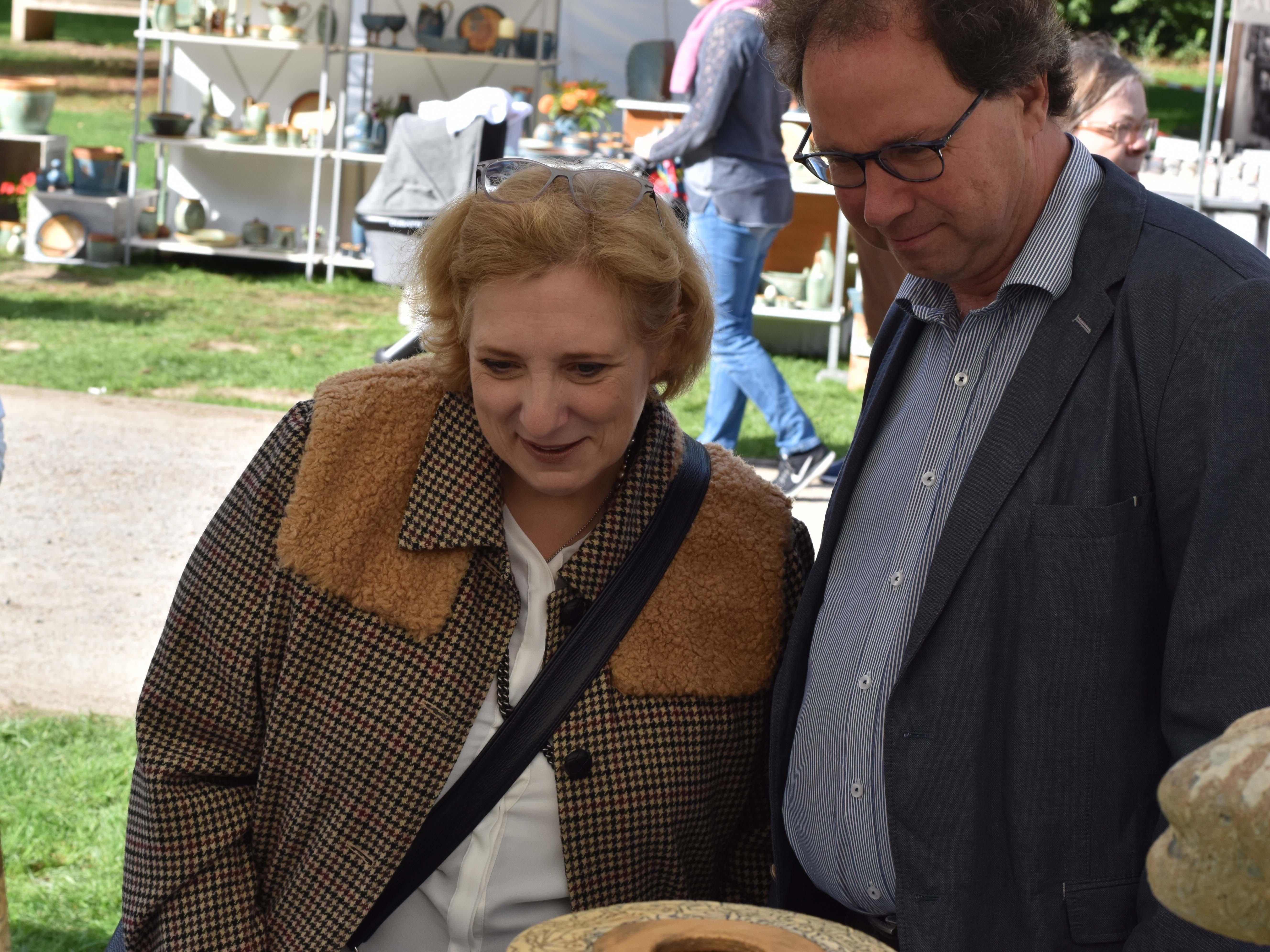Dr. Daniela De Ridder und Wolfram De Ridder beim stöbern