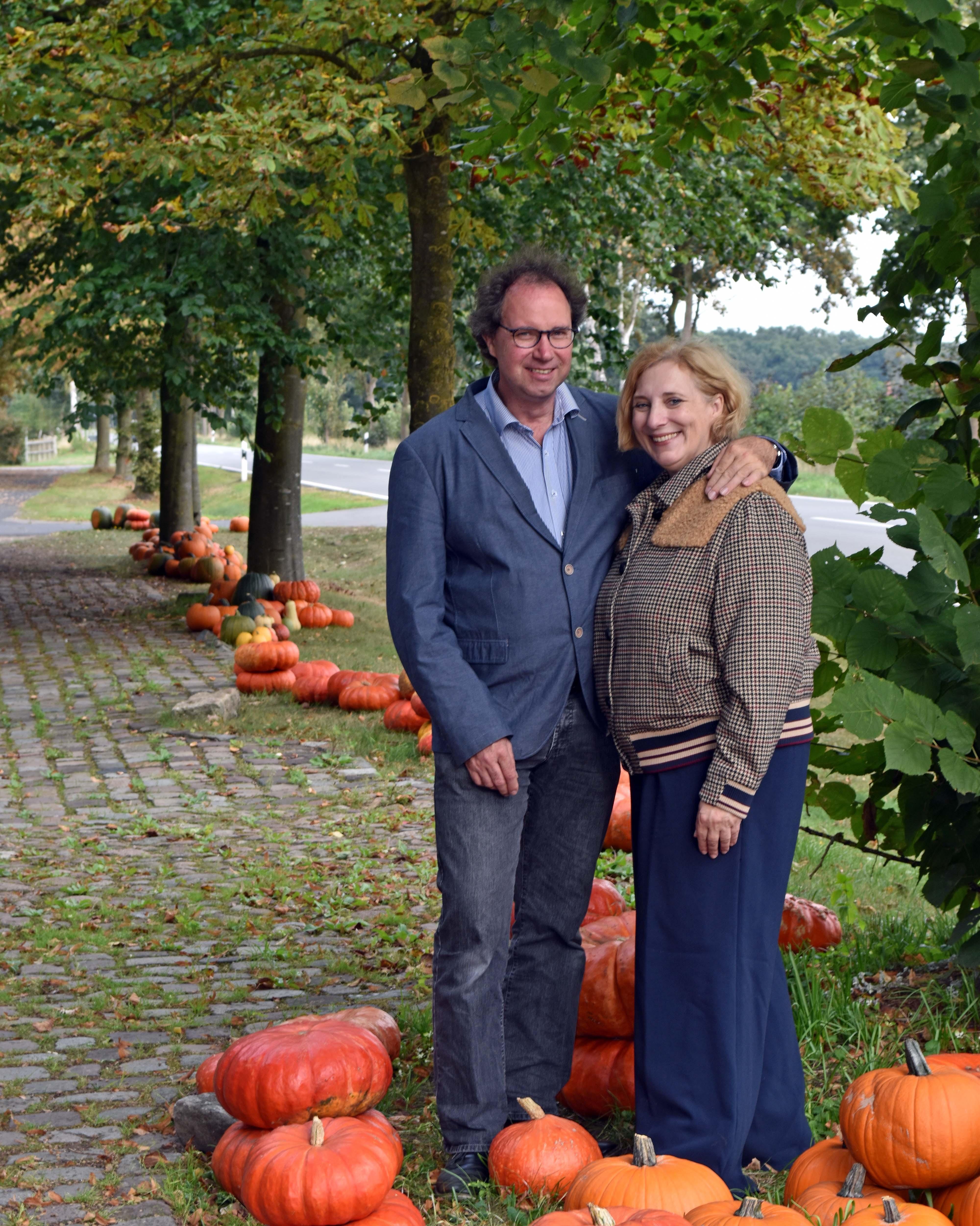 Dr. Daniela De Ridder und Wolfram De Ridder auf dem Hof  Schröter und Wielage
