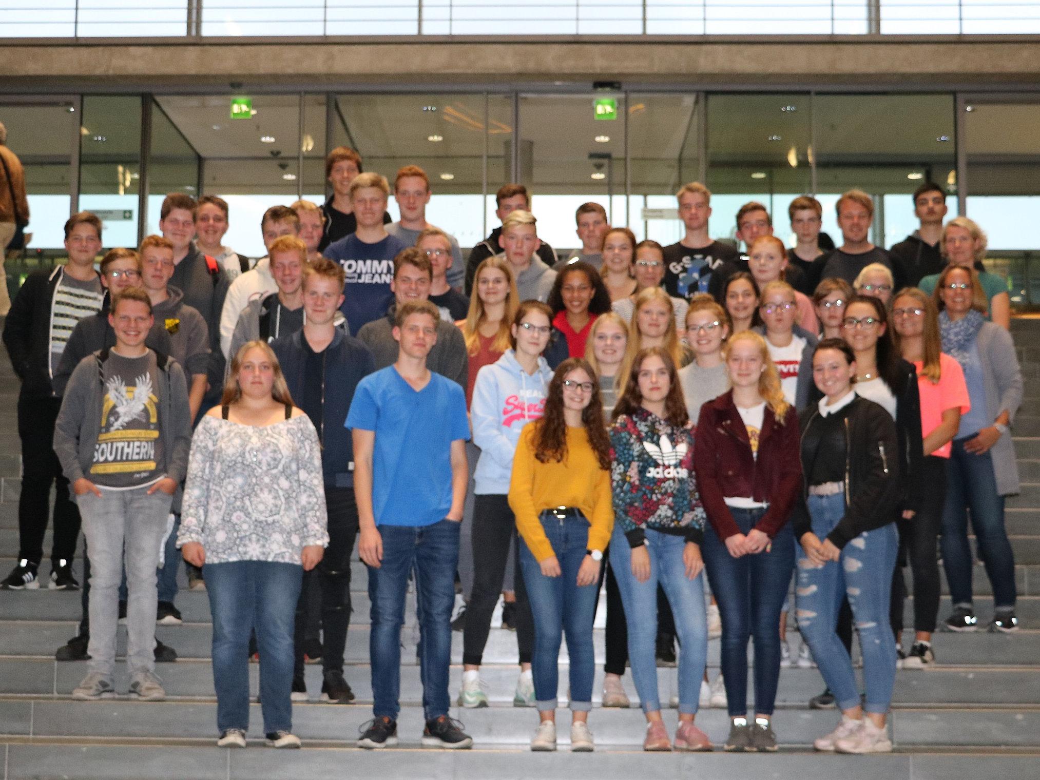 Schülerinnen und Schüler de rGeschwister-Scholl-Schule aus Geeste zu Besuch im Bundestag