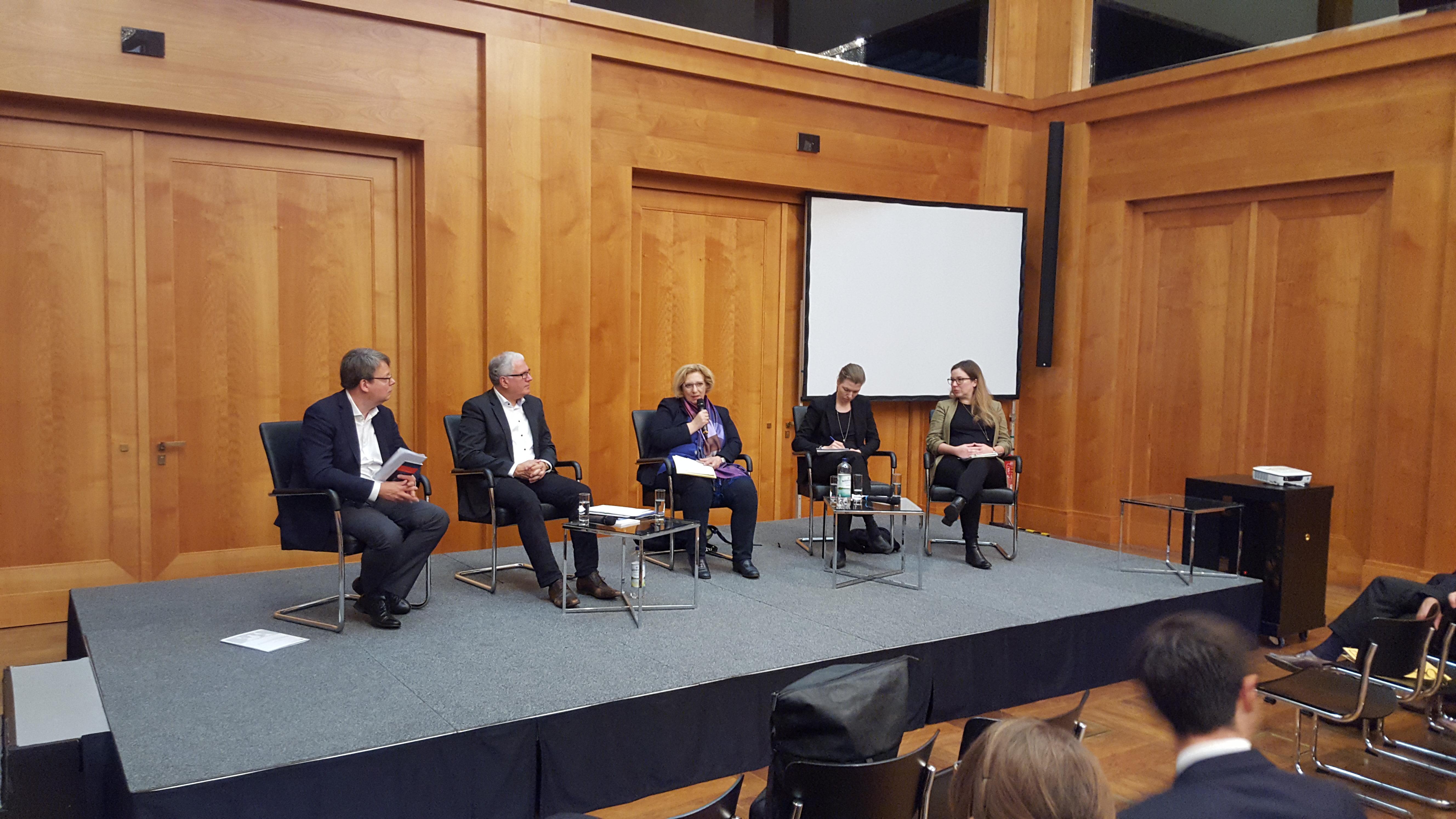 Dr. Daniela De Ridder auf dem Podium für Berufseinsteigerinnen und -einsteiger