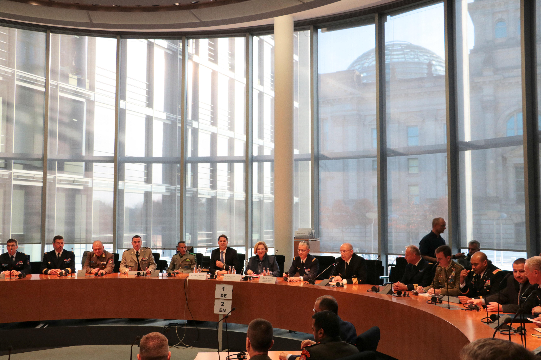 Dr. Daniela De Ridder referiert vor Teilnehmerinnen und Teilnehmern des NATO Defence Colleges im Deutschen Bundestag
