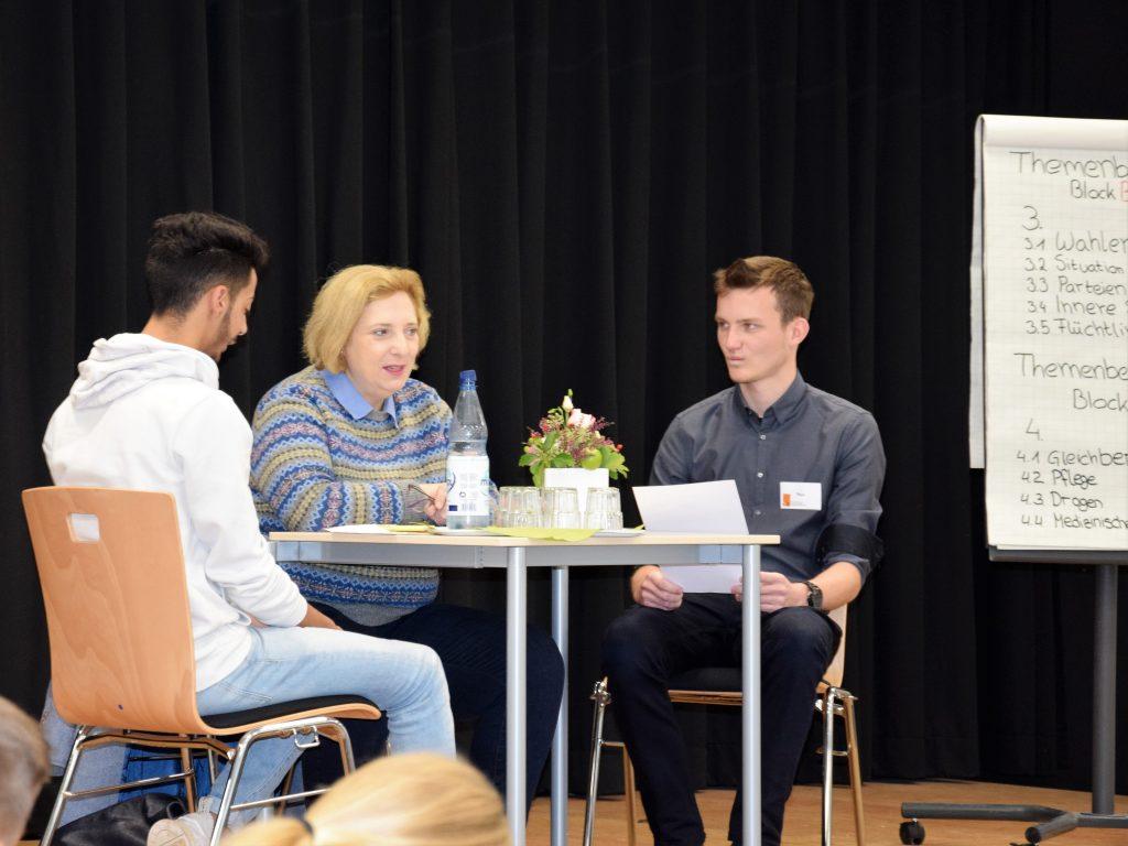 Dr. Daniela De Ridder im Dialog mit den Schülerinnen und Schülern des BBS