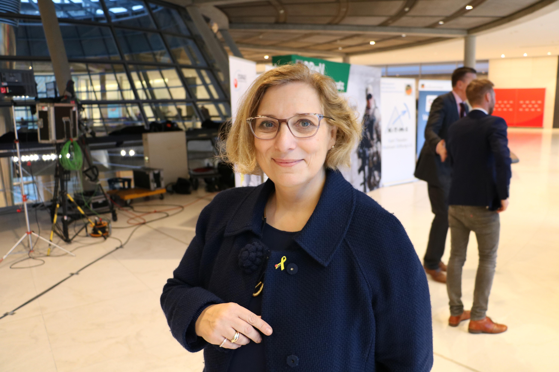 Dr. Daniela De Ridder trägt die Gelbe Schleife