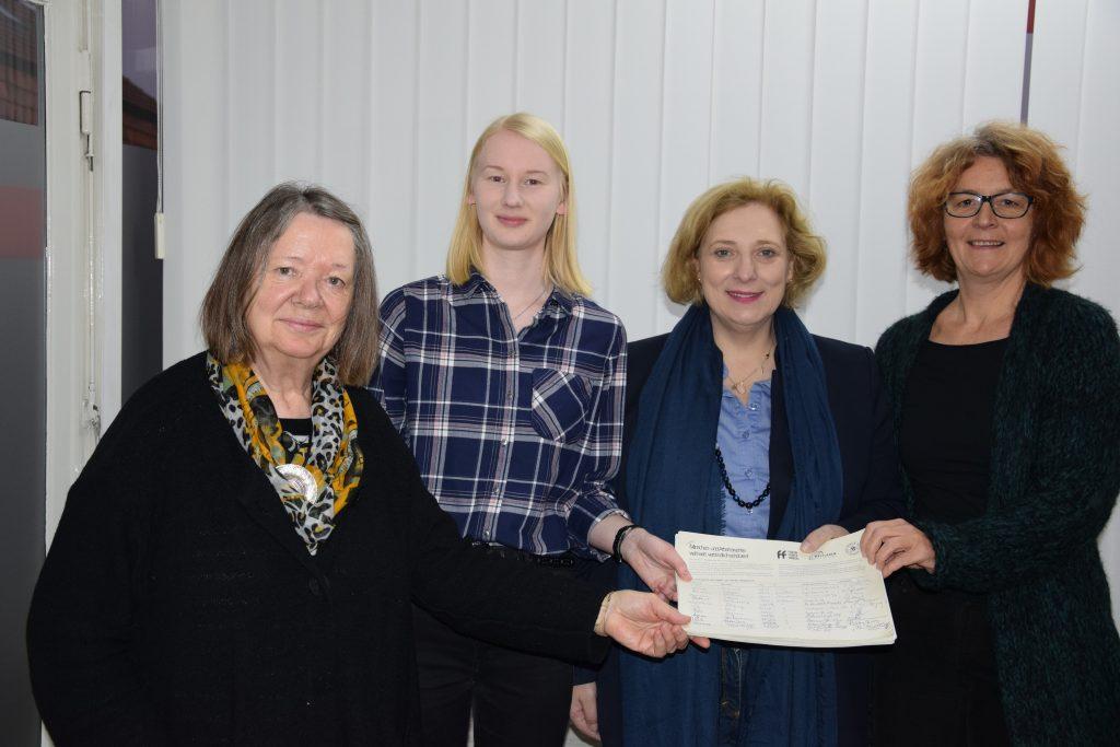 Dr. Daniela De Ridder und ihre Gäste aus den Eine-Welt-Läden aus Nordhorn und Lingen