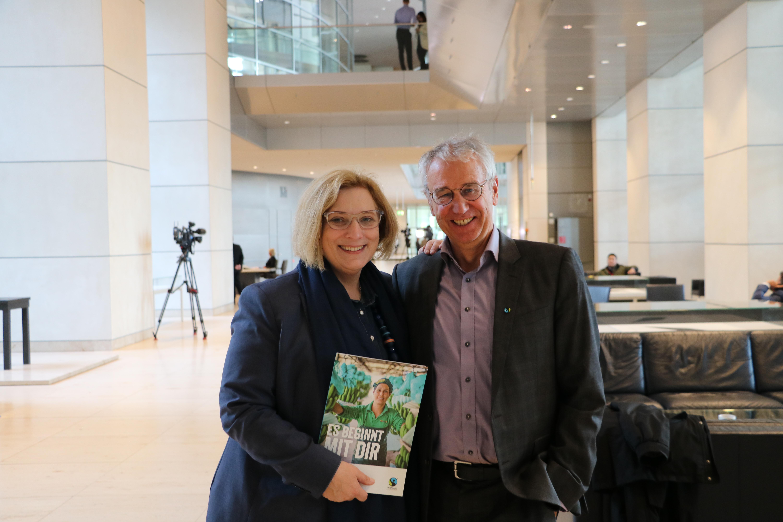 Dr. Daniela De Ridder und der Geschäftsführer von TransFair e.V. Dieter Overath