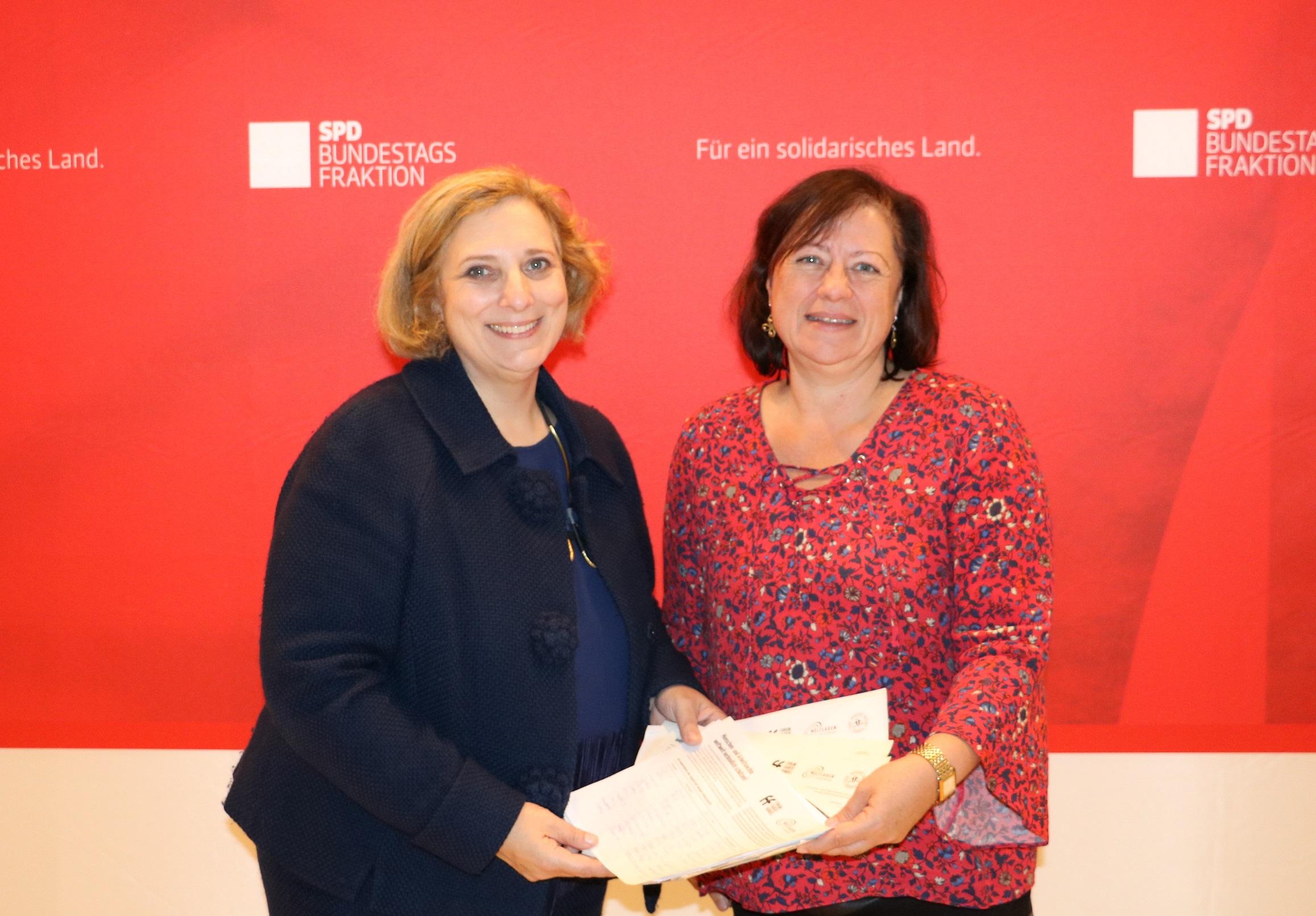 Dr. Daniela De Ridder übergibt Unterschriften an Dr. Bärbel Kofler