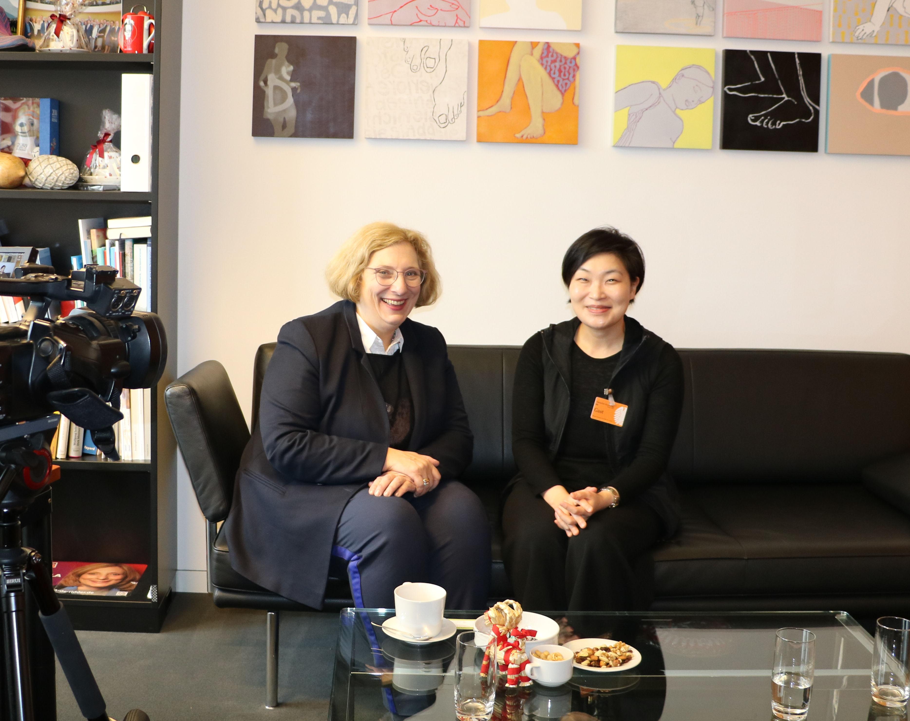 Dr. Daniela De Ridder im Interview mit koreanischem Fernsehen